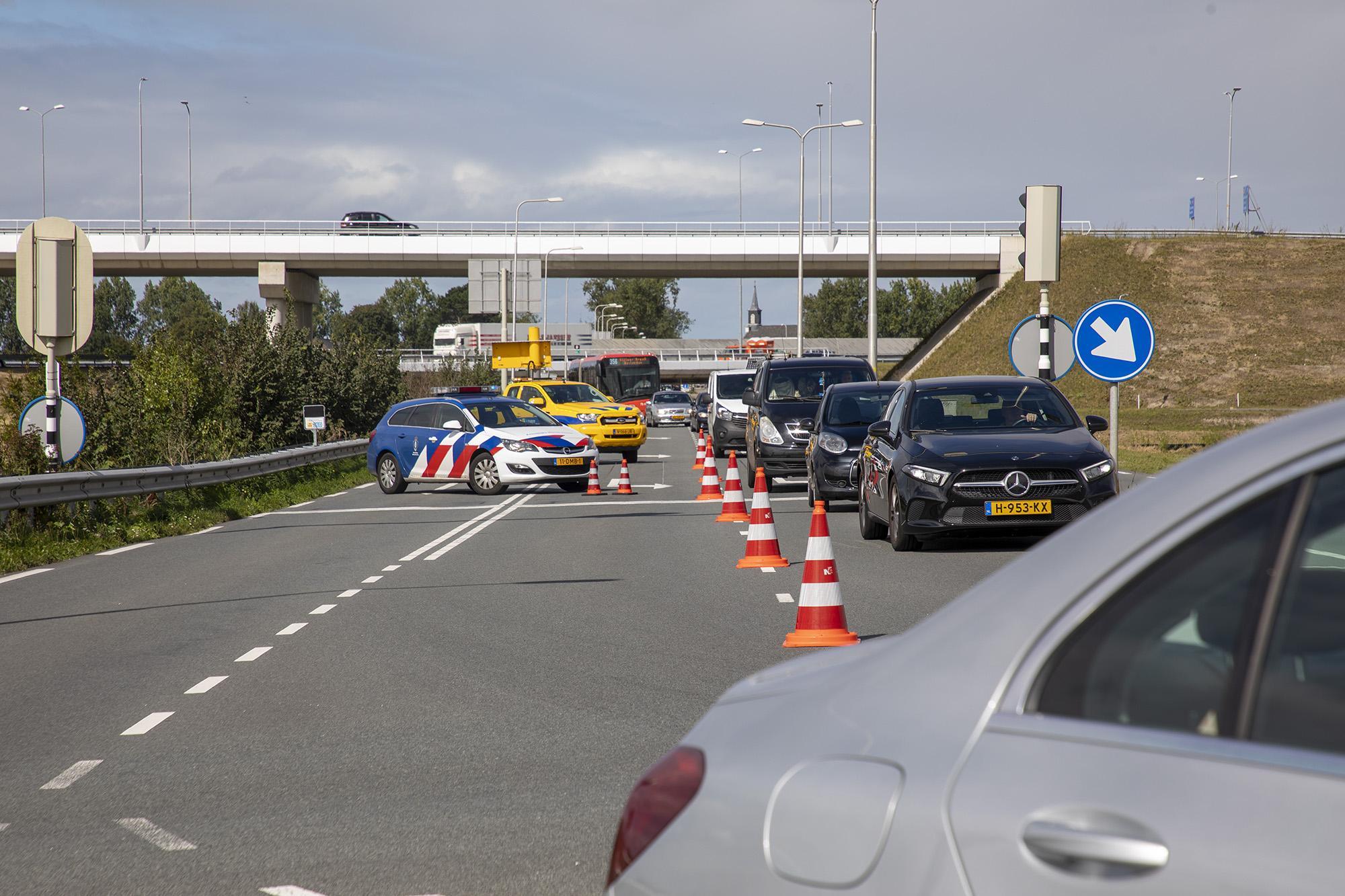 Voertuig van weginspecteur slaat over de kop bij botsing op de Schipholweg in Lijnden
