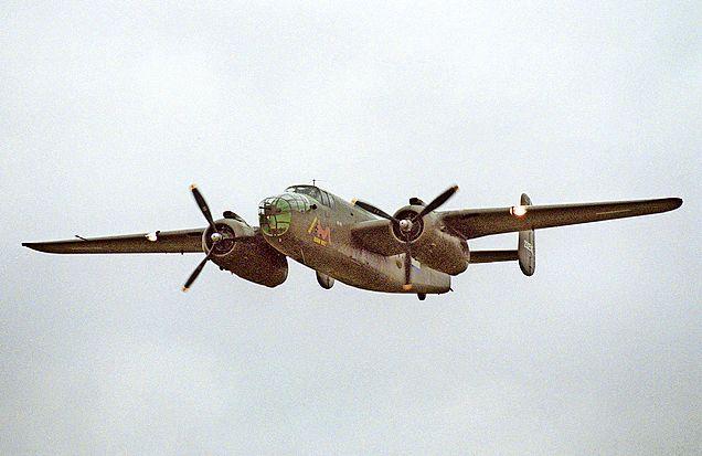 'We zullen vooral te horen zijn' Bommenwerper B-25 vliegt op bevrijdingsdag vanuit Haarlem over Wijk aan Zee. Met dorpsgenoot Hans Dellevoet achter de stuurknuppel