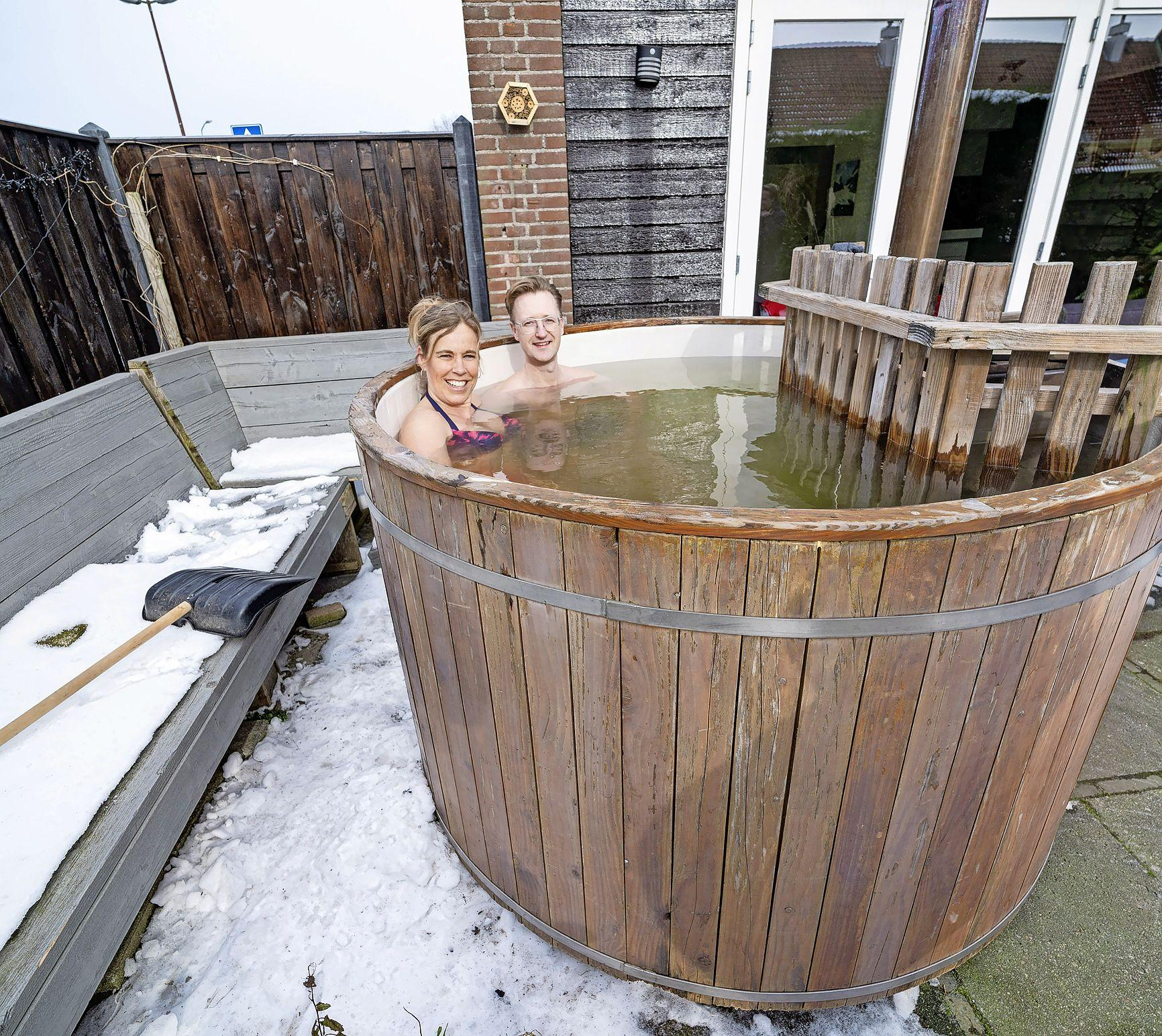 Geen winterjas aan maar een bikini of zwembroek: Martijn en Esmaralde Wokke vieren hun Valentijnsdag met een 'weekendje weg' in eigen tuin, inclusief hottub
