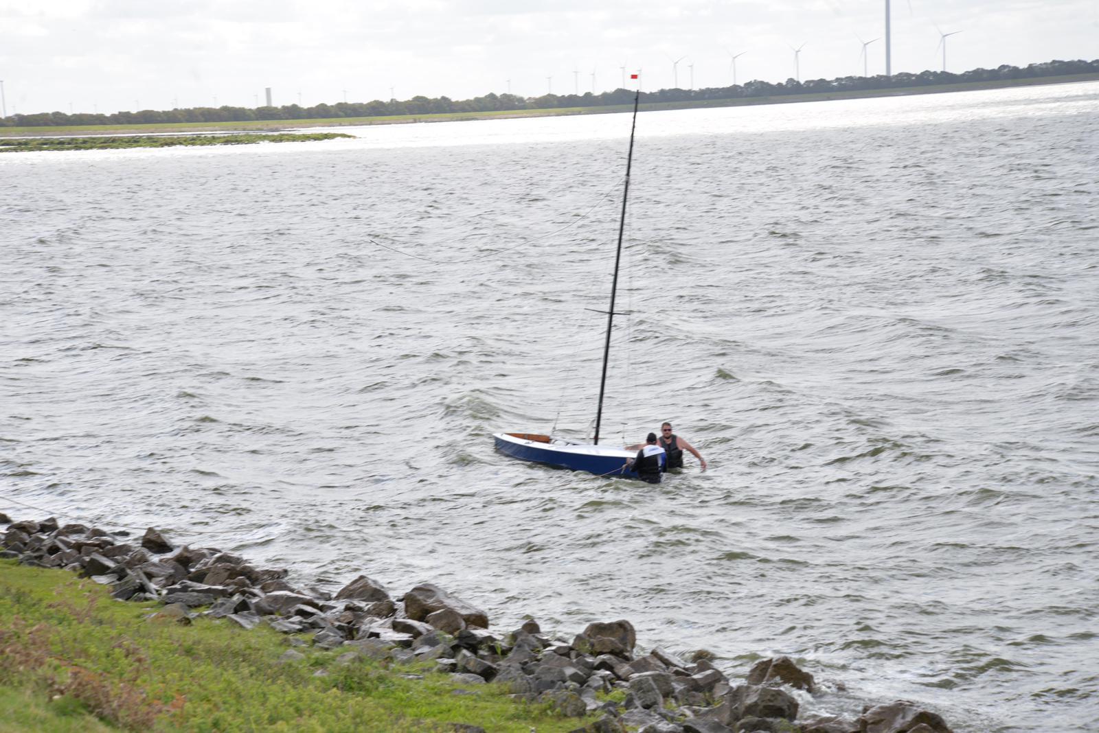 Brandweer rukt uit voor flink onderkoelde personen na stranden zeilboot in De Haukes