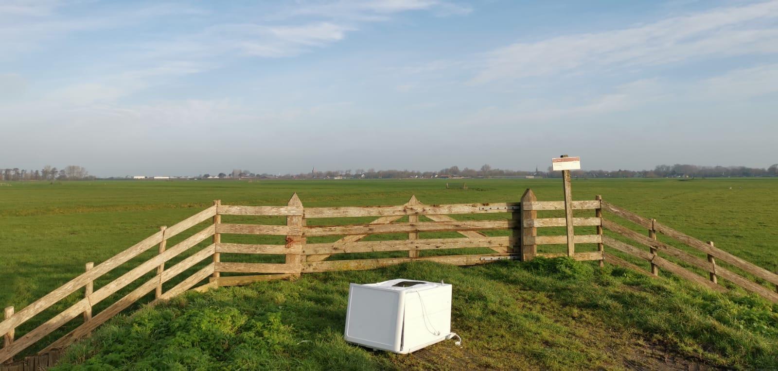 Burgemeester van Opmeer hekelt afvaldump in natuurgebied. 'Op basis van kenteken dader opsporen met camera'