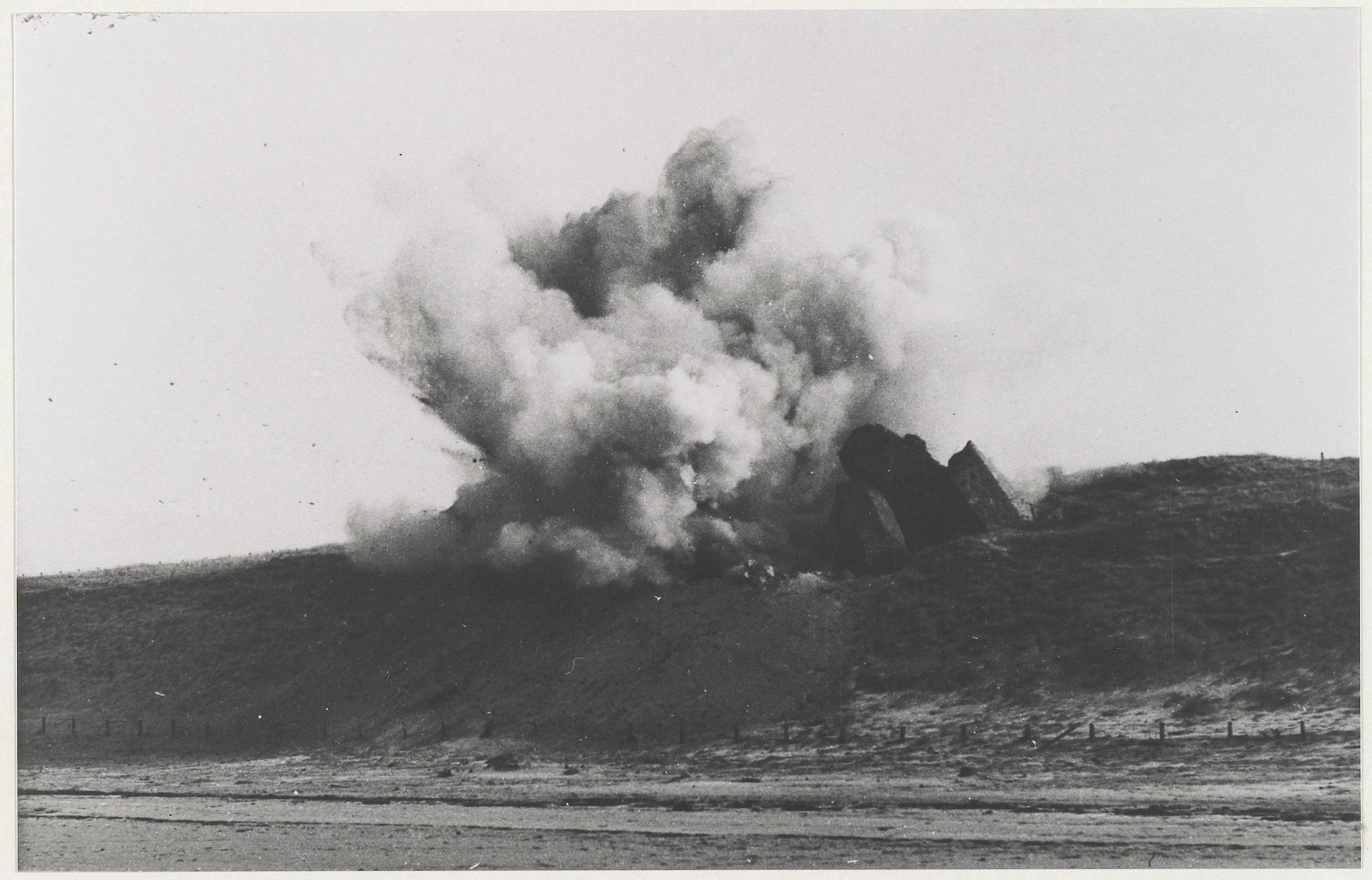 De Atlantikwall na de oorlog: In Haarlem en de wijde omgeving, maar vooral bij Zandvoort en IJmuiden, waren maandenlang zware ontploffingen te horen | Uit de tijd