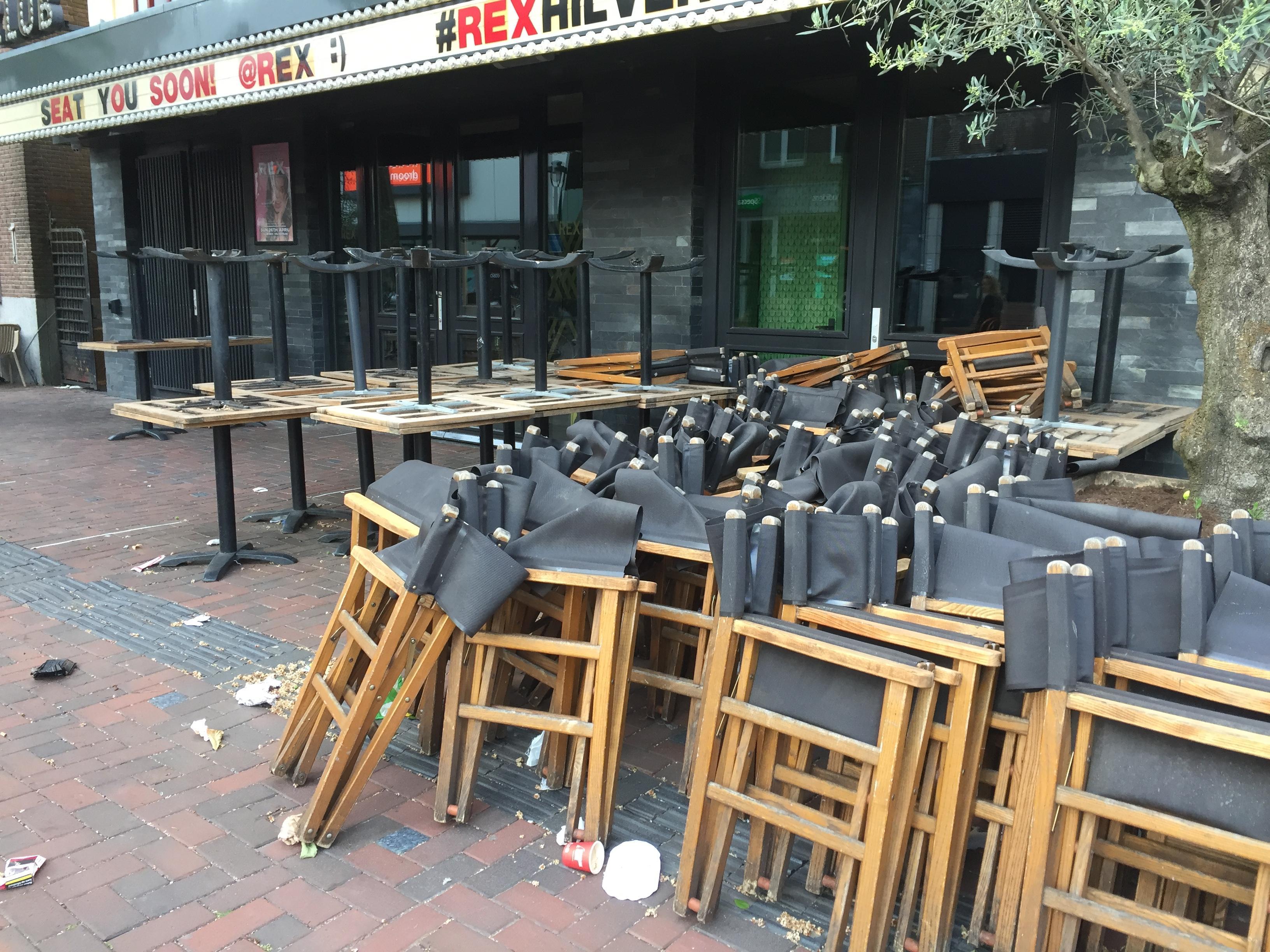 Blinde Hilversummer trekt aan de bel: 'Prima die terrassen midden op de Groest, maar ik struikel nu over tafels en stoelen.' Gemeente komt in actie