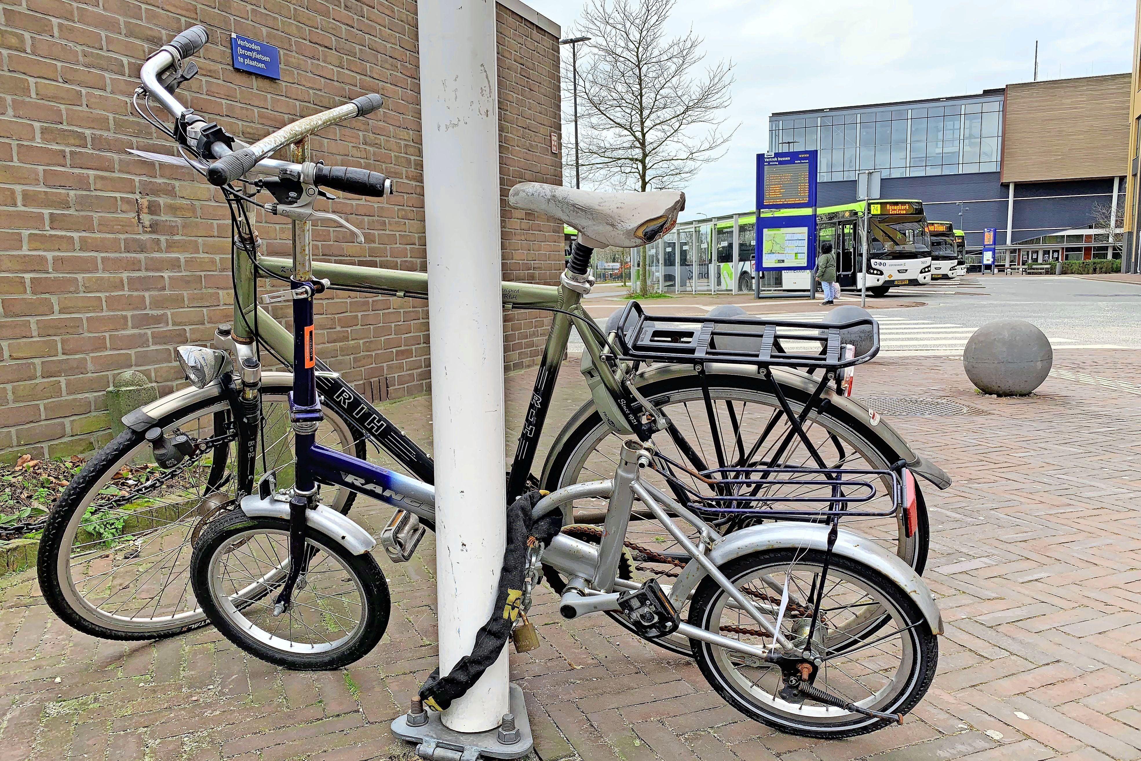 Door alle coronamaatregelen schoot het er lange tijd bij in, maar Beverwijk pakt de handhaving op fout gestalde fietsen nu weer op