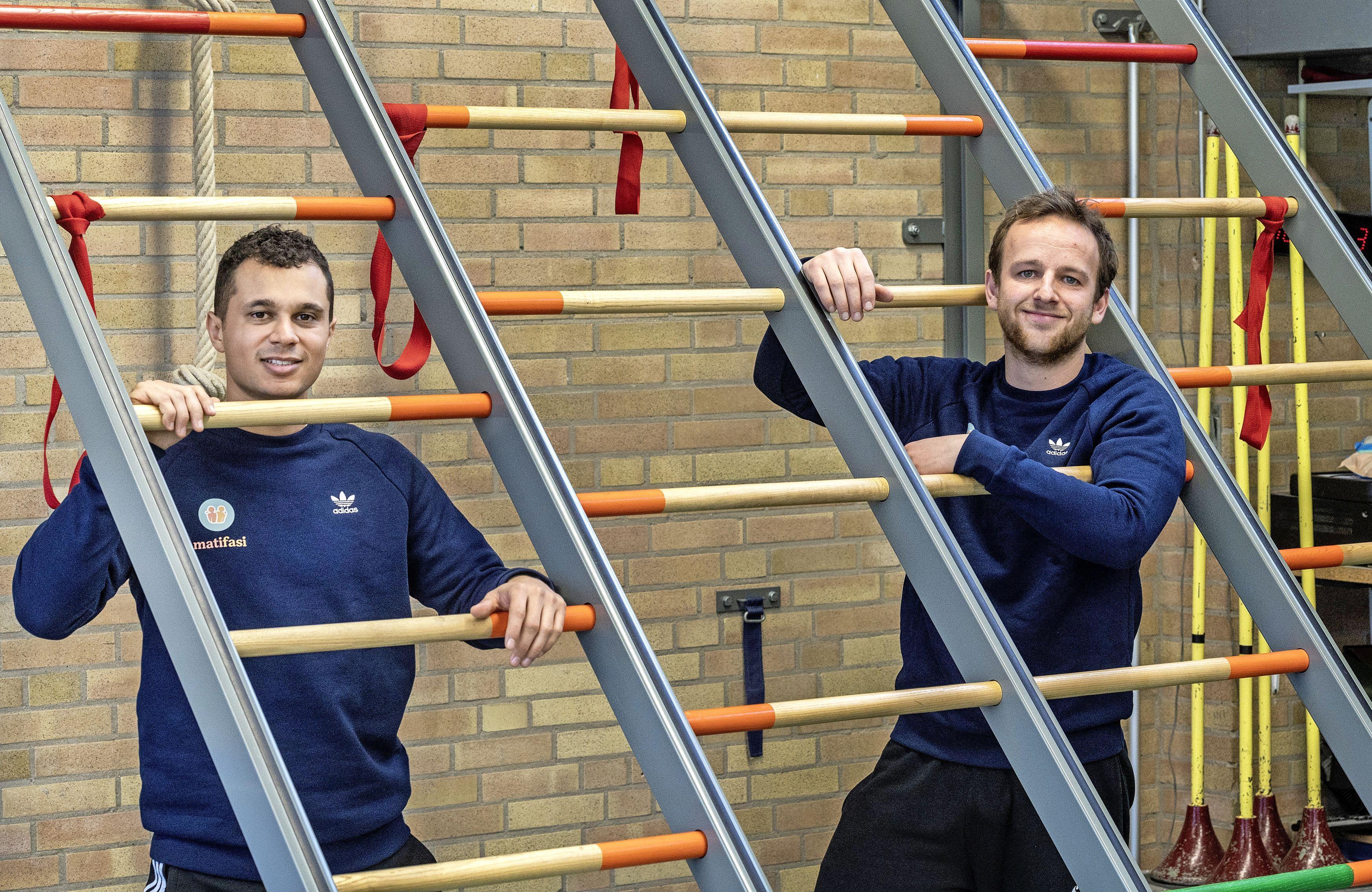 Gymleraren helpen jongeren met een beperking in coronatijd: 'Een kast is als Mount Everest. Klimmen ze daaroverheen, dan is 't feest'