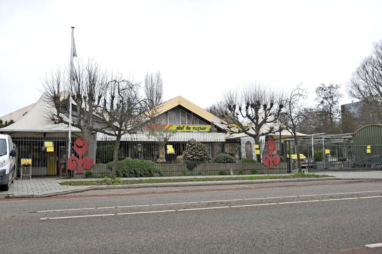 Tuincentrum Olaf de Ruyter sluit eind mei definitief de deuren. Tot die tijd worden alleen dode spullen als vazen en waterornamenten verkocht