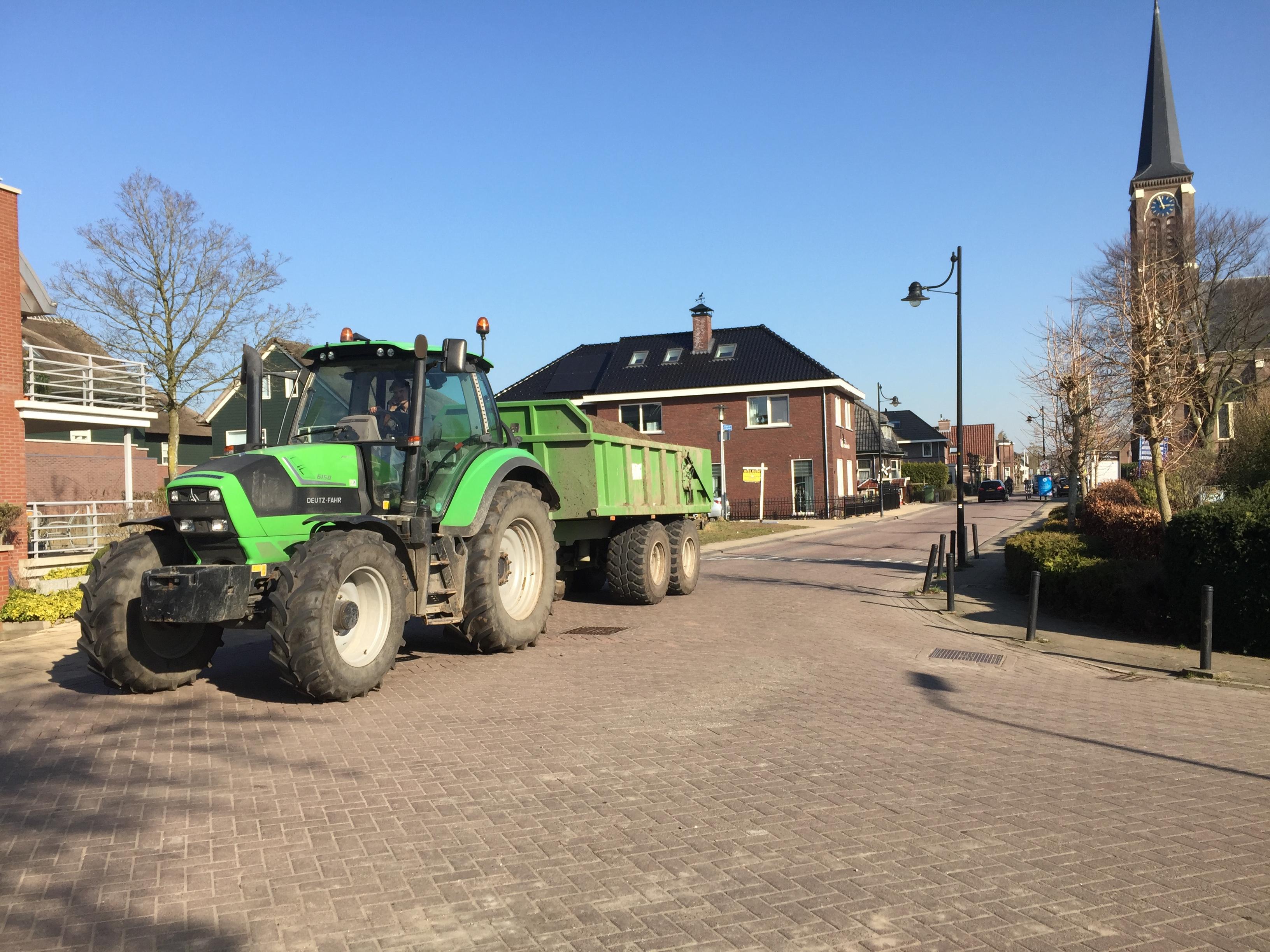 Wethouder Van Velzen legt vrachtverkeer en landbouwverkeer in Dorpsstraat in Hazerswoude-Dorp aan banden: 'Belasting is erg groot'