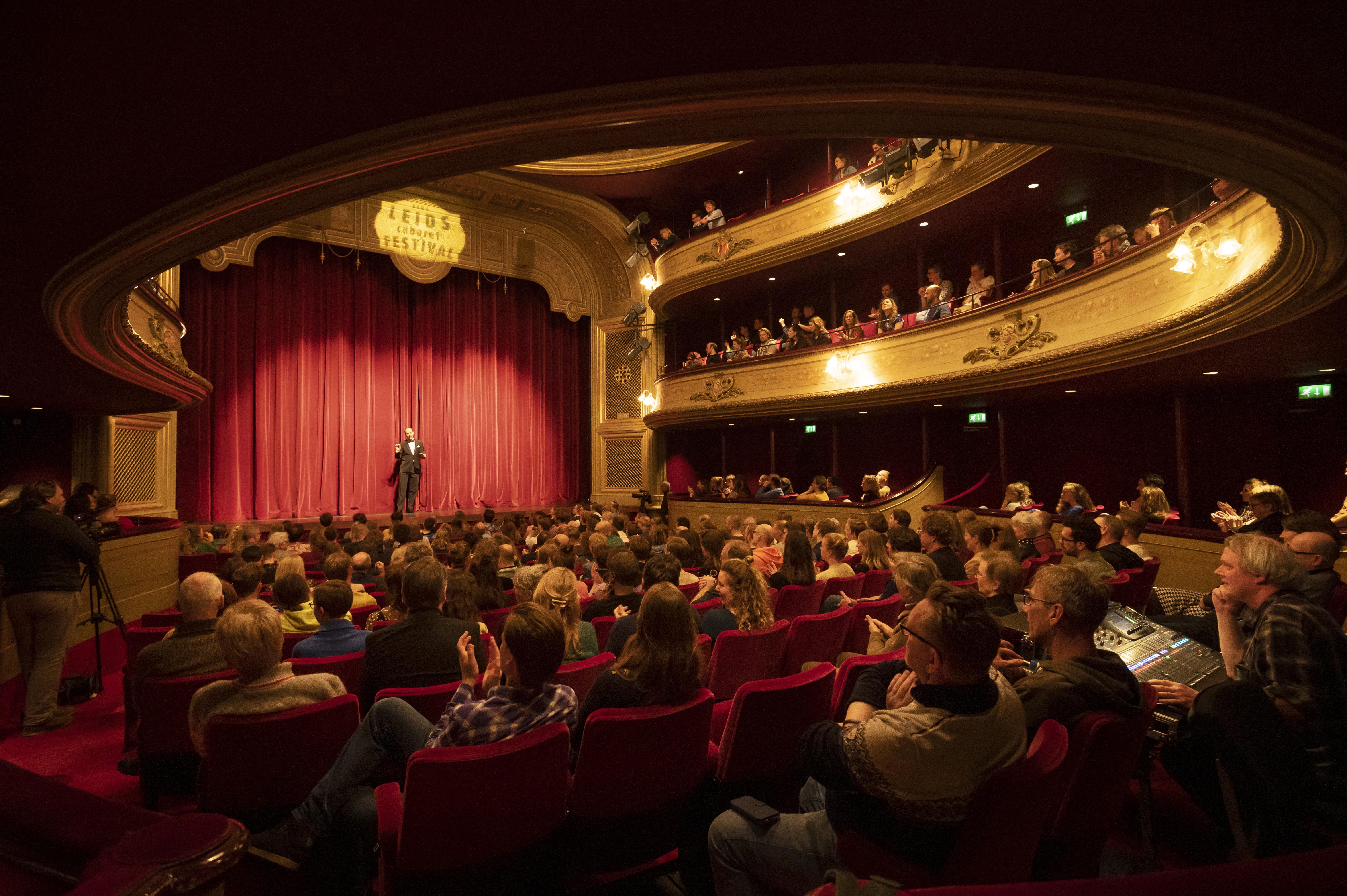 Micha Wertheim en radioprogramma 'Spijkers met Koppen' vanuit de schouwburg als alternatief voor het Leids Cabaret Festival