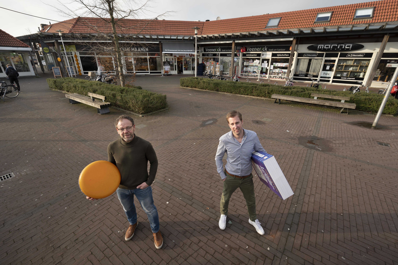 Ondernemers aan het Noordplein in Roelofarendsveen gaan zij aan zij voor een grotere zaak in coronatijd