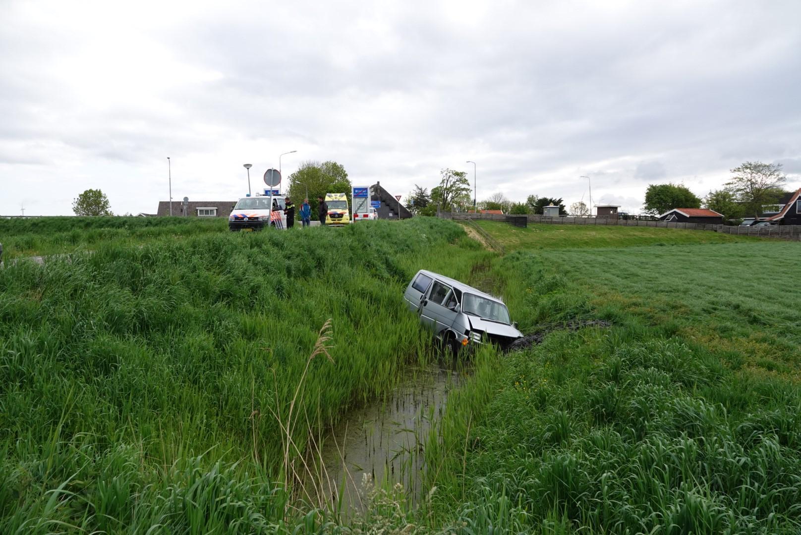 Busje eindigt in sloot bij eenzijdig ongeval in Winkel, bestuurder had geen rijbewijs