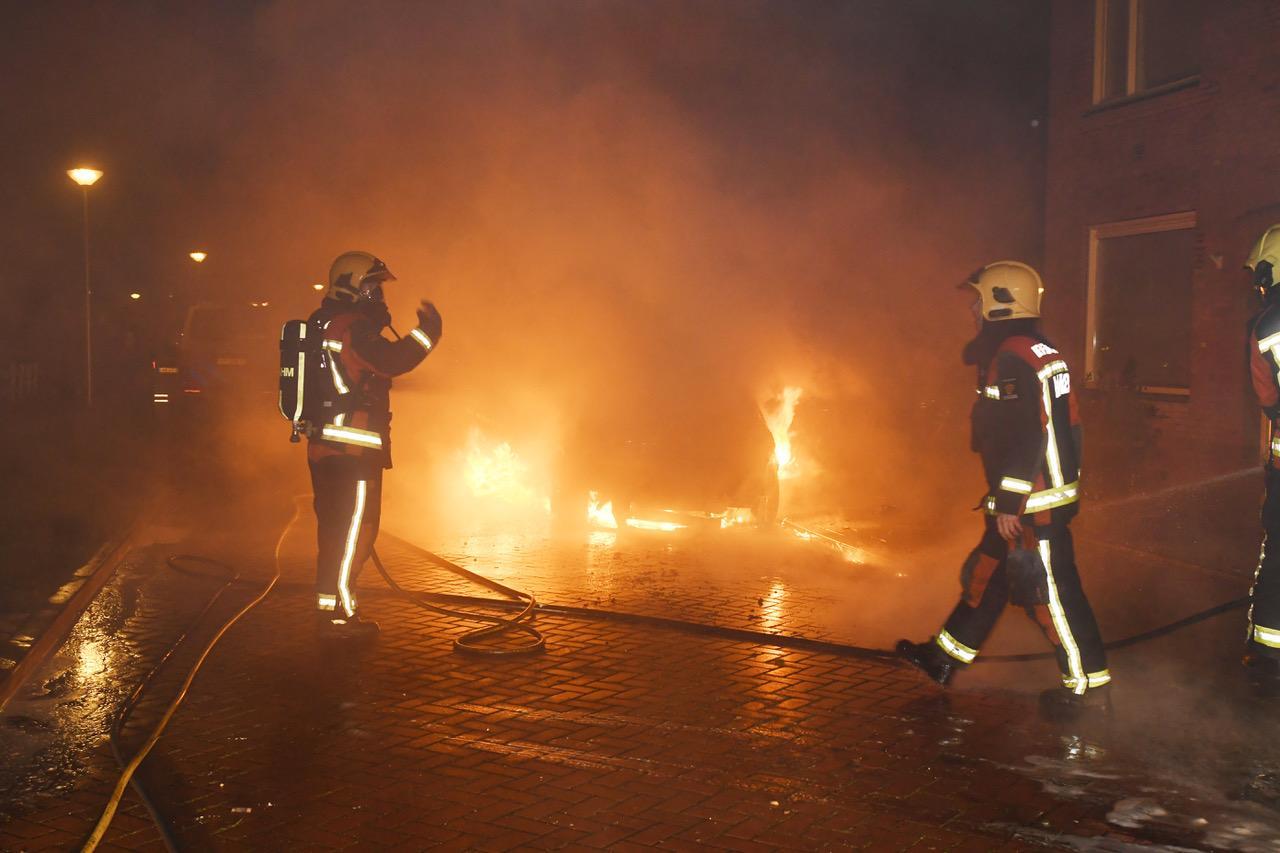 Auto in vlammen op in Oude Wetering