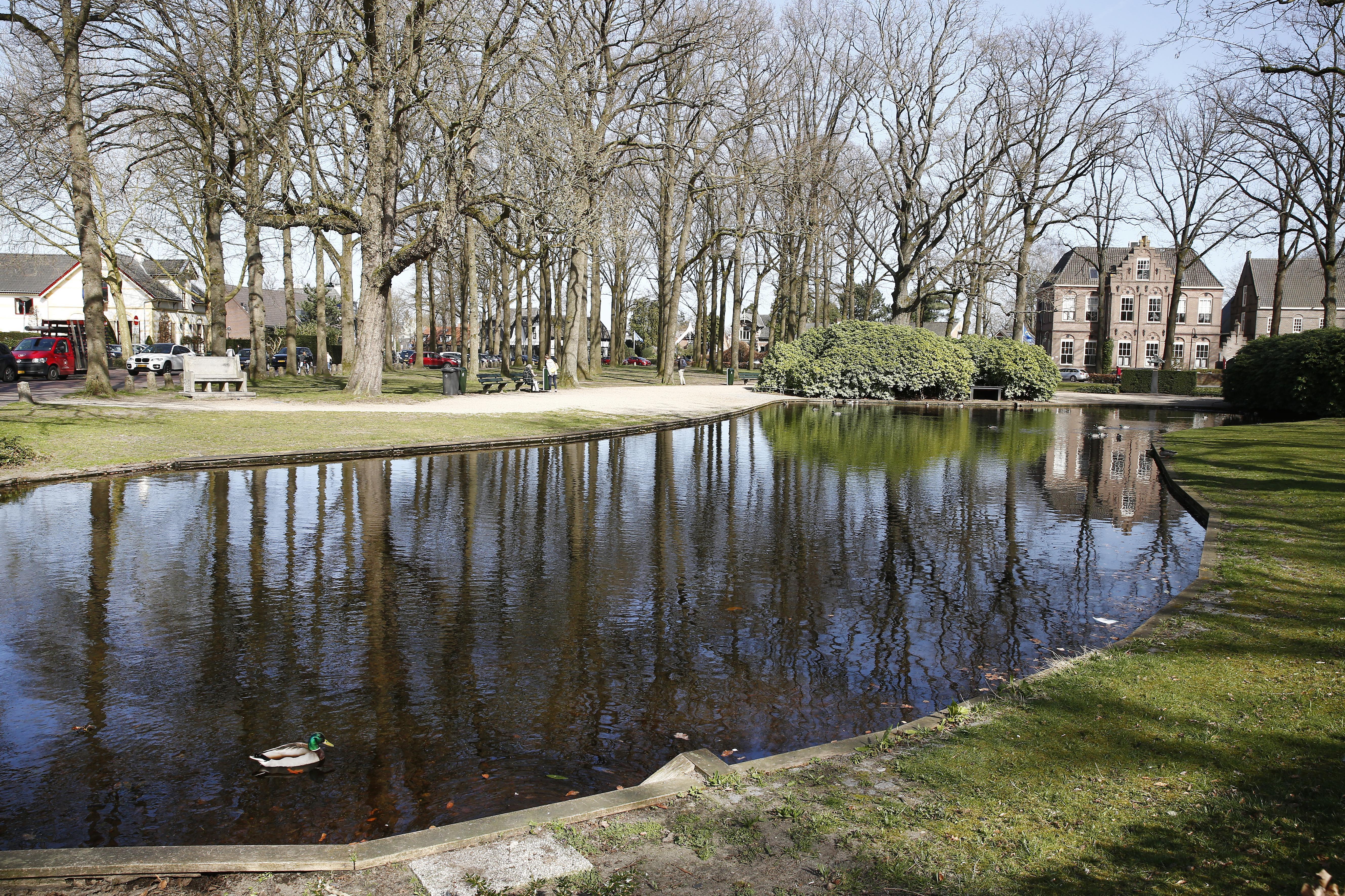 Commissie Laren ziet waterberging graag onder de vijver op de Brink, wel zitten ze nog met vragen; Is de kelder groot genoeg? Hoelang gaat die mee?
