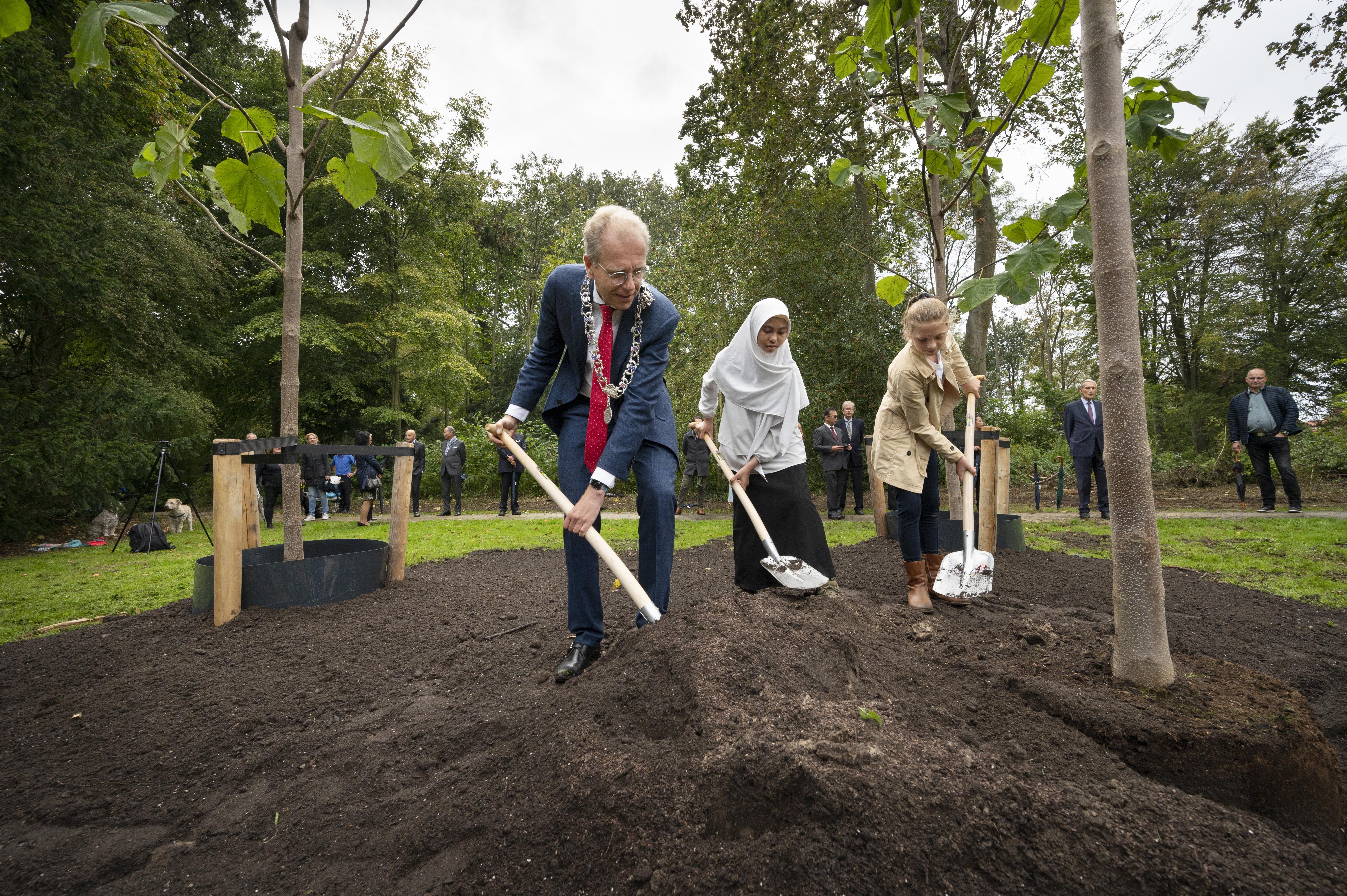 Wassenaar herdenkt einde Tweede Wereldoorlog en uitroepen Republiek Indonesië met aanplant van drie bomen bij De Paauw