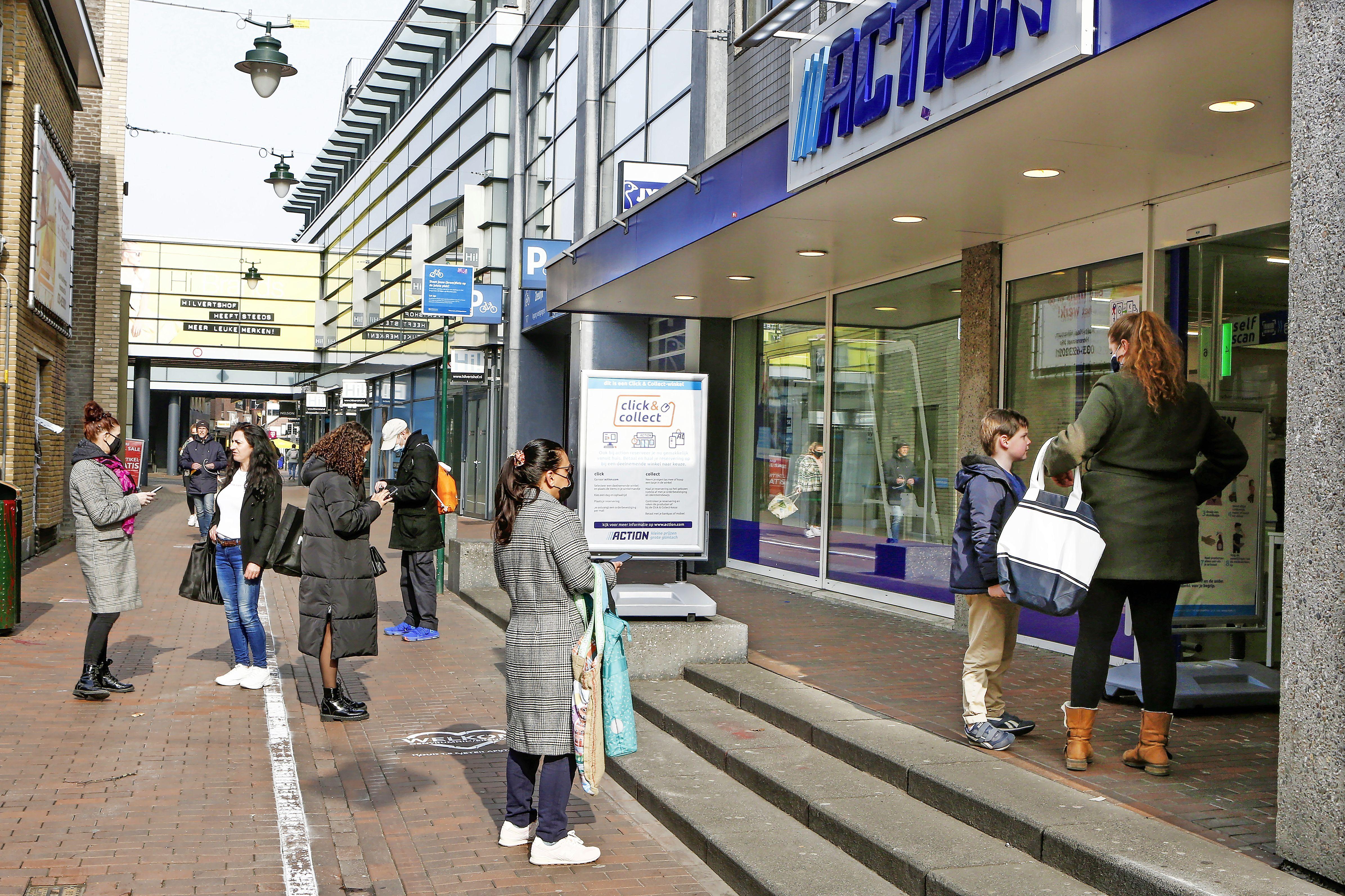 Winkels in Hilversum hanteren streng deurbeleid; klanten mogen niet even naar binnen om iets te kopen: 'Ik vind het belachelijk, er is ruimte genoeg'