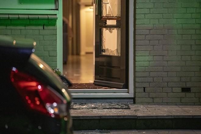 OM: Poging tot doodslag met zwaar vuurwerk in brievenbus woning Vrijheidsweg in Haarlem. Twee verdachten (16 en 18) blijven in voorarrest