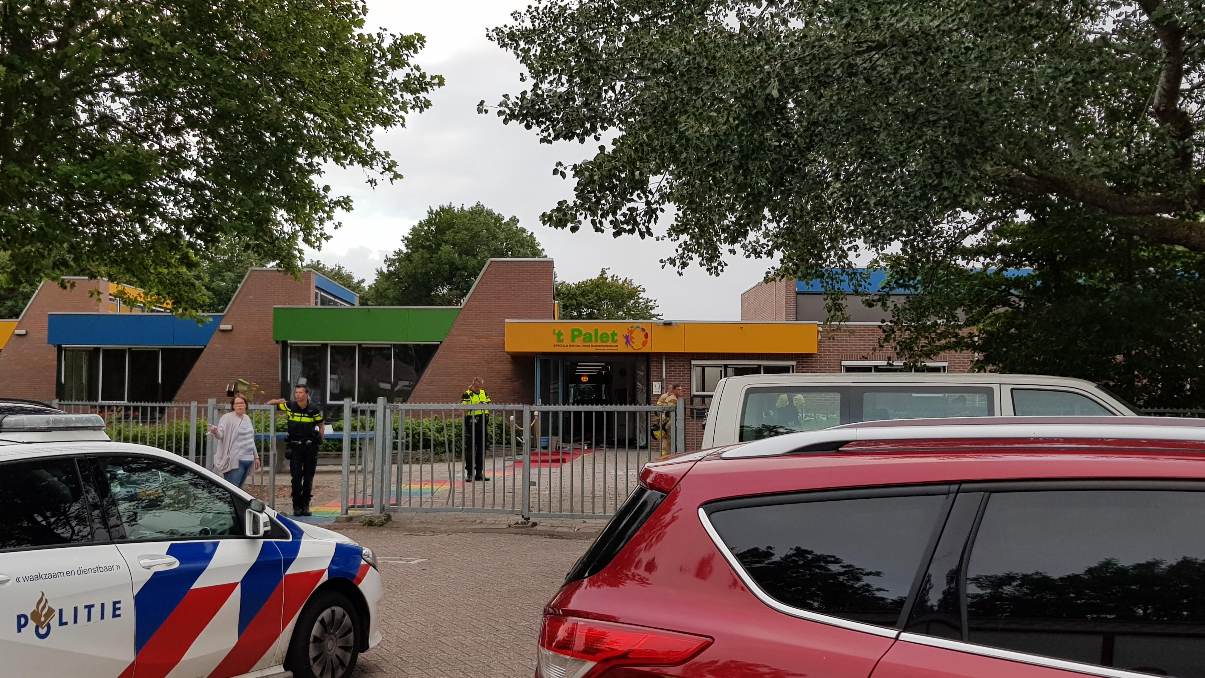 Auto rijdt basisschool binnen tijdens afscheidsfeest groep 8 in Grootebroek [video]