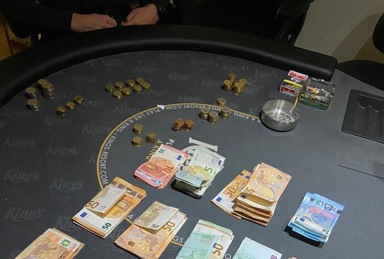 Illegaal pokertoernooi beëindigd in Boesingheliede; zeventien deelnemers, een aanhouding en een slapende vrouw
