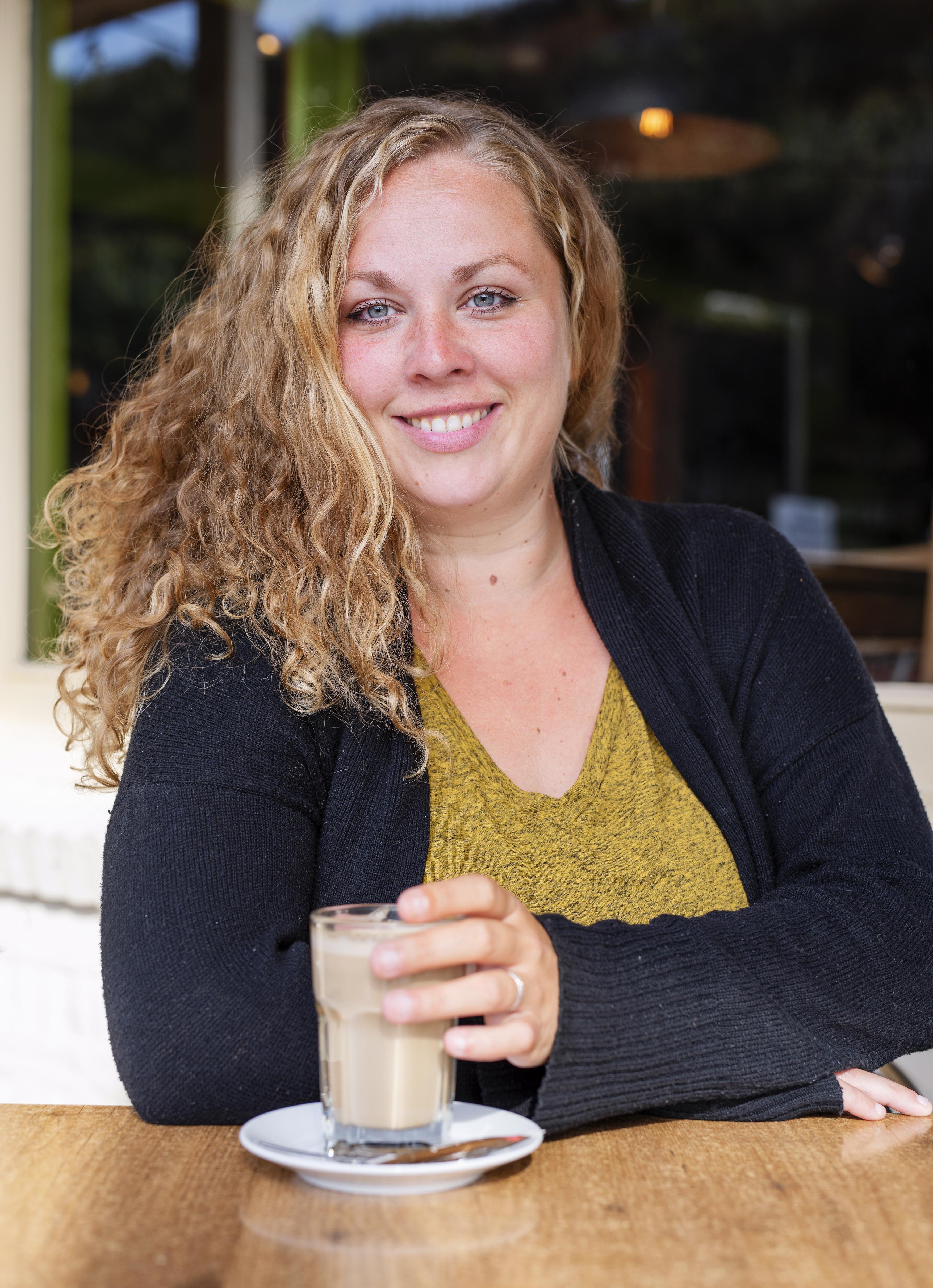 Stella van Lieshout uit Oudkarspel is een theaterbèta die geen aannames doet: 'Als een personage uit zijn comfortzone raakt, wordt het interessant'