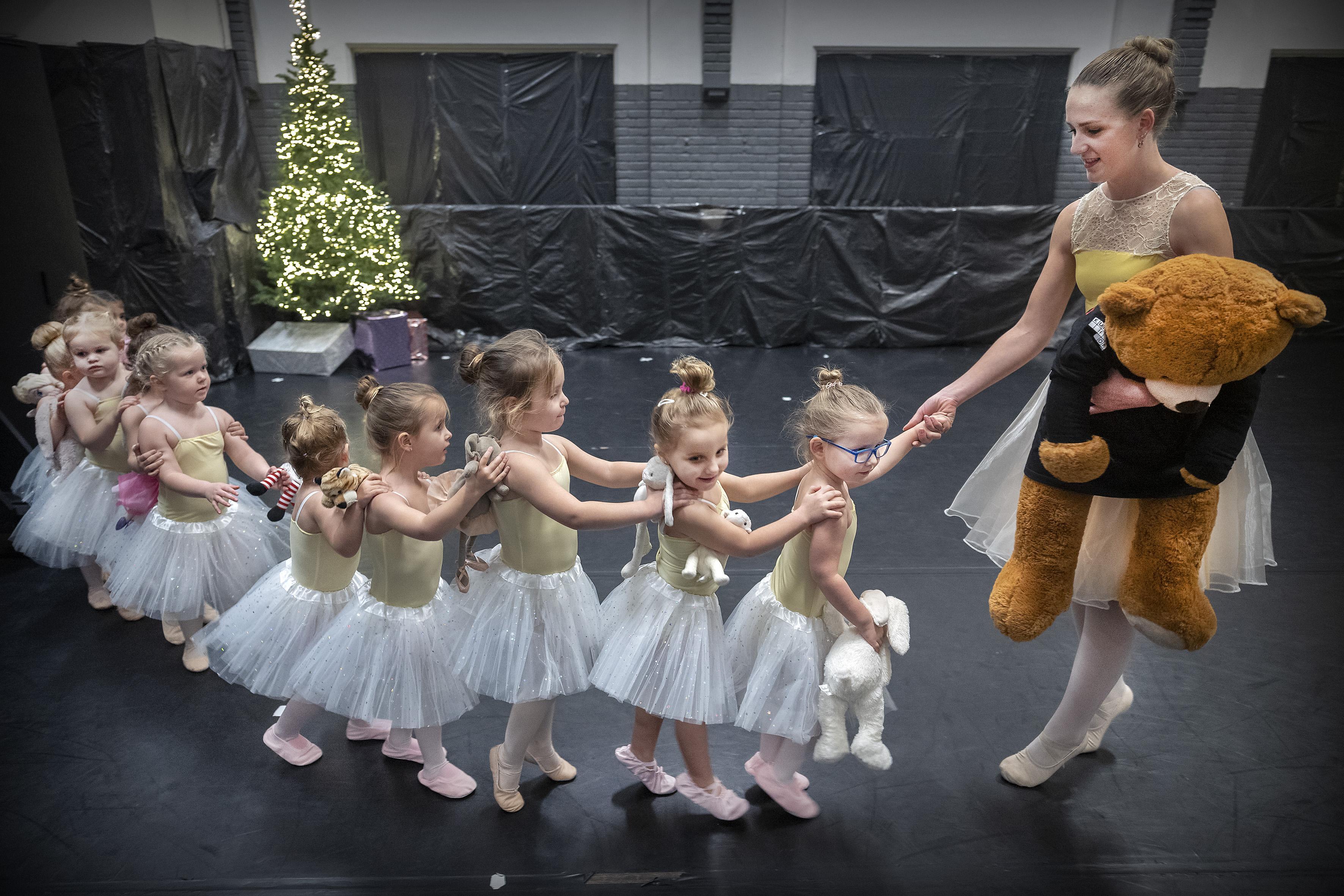 Geen kerstshow van DanceWorks Velsen in de Stadsschouwburg, maar wel een kerstfilm: 'Toch nog een mooie afsluiting'
