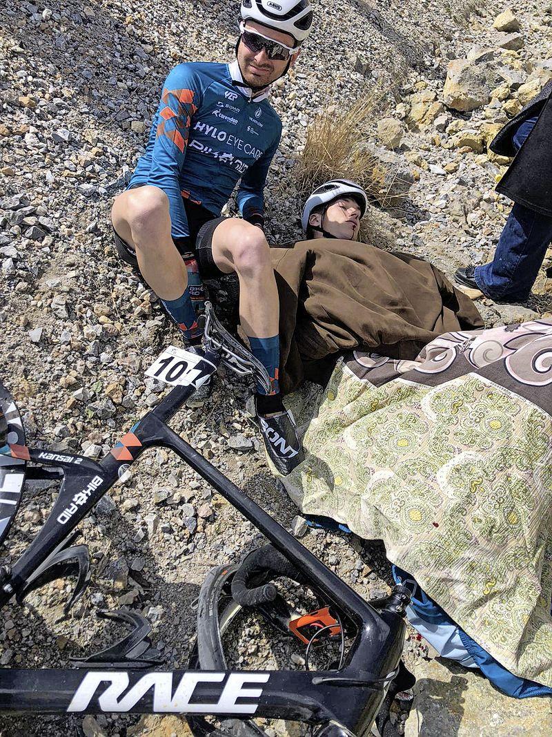 Een extra trainingsrit met desastreuze gevolgen: wielrenner Jesse de Rooij maakt met 80 kilometer per uur een doodsmak in de Turkse bergen
