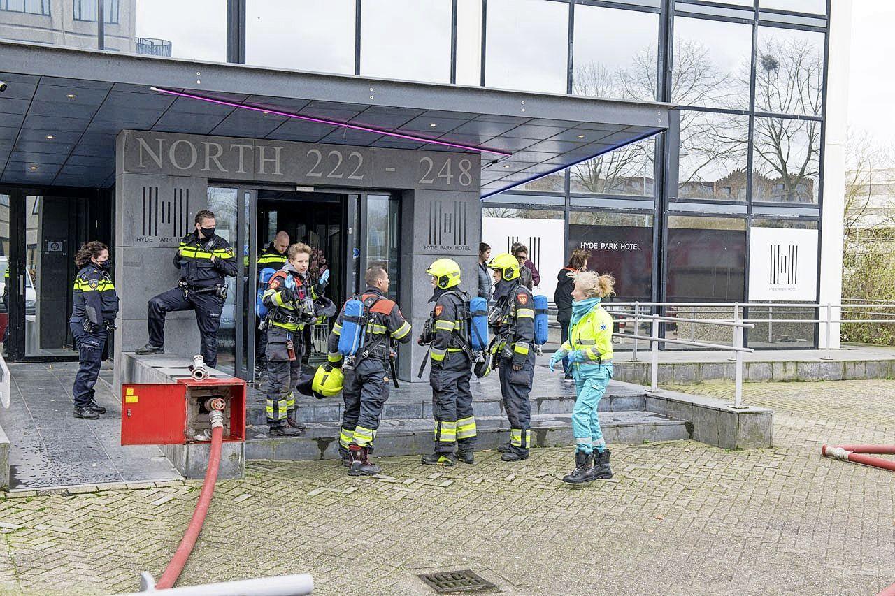 Brand bij appartementencomplex in Hoofddorp; bewoners opgevangen door ambulancepersoneel
