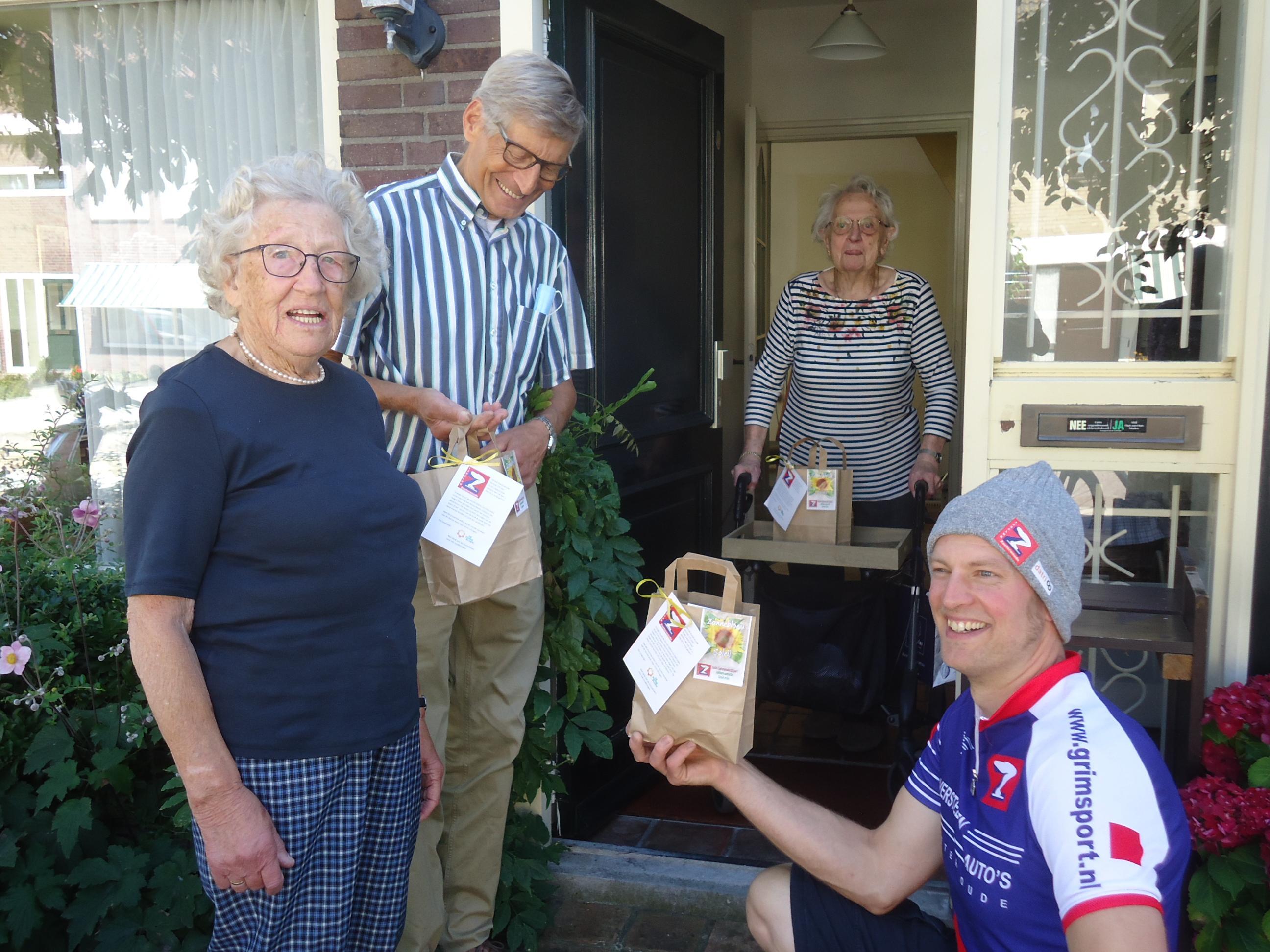 125-jarige IJsclub Zoeterwoude verrast oudere leden met soep