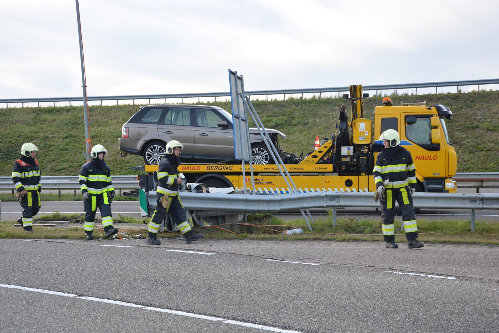 Auto zwaar beschadigd bij botsing tegen vangrail op Afsluitdijk