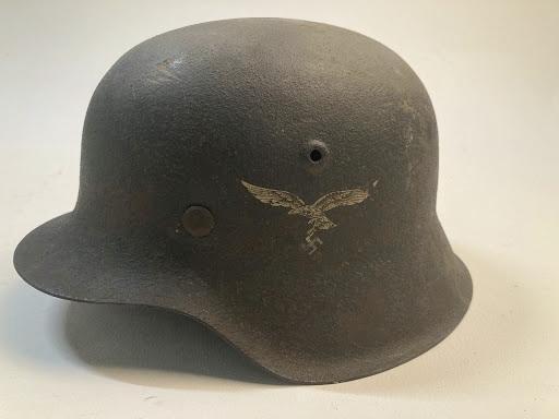 In Lage Vuursche gevonden Duitse nazi-helm geschonken aan Nationaal Militair Museum Soesterberg