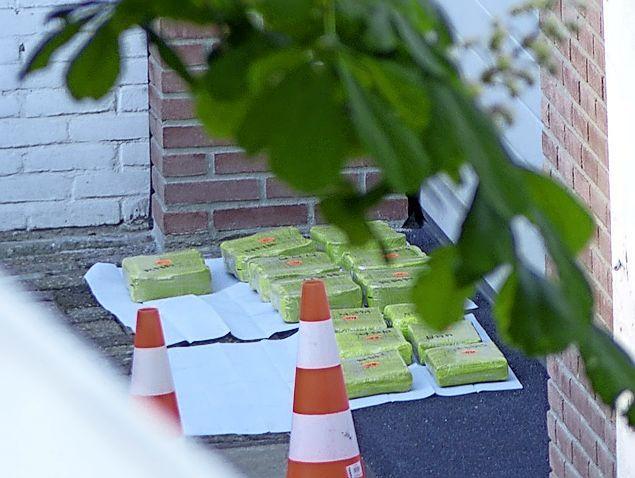 Politie vindt meerdere pakketten met cocaïne bij garageboxen in Wormerveer, maar doorzoekt ook aangrenzend woonhuis: 'Heeft een enorme impact op ons'