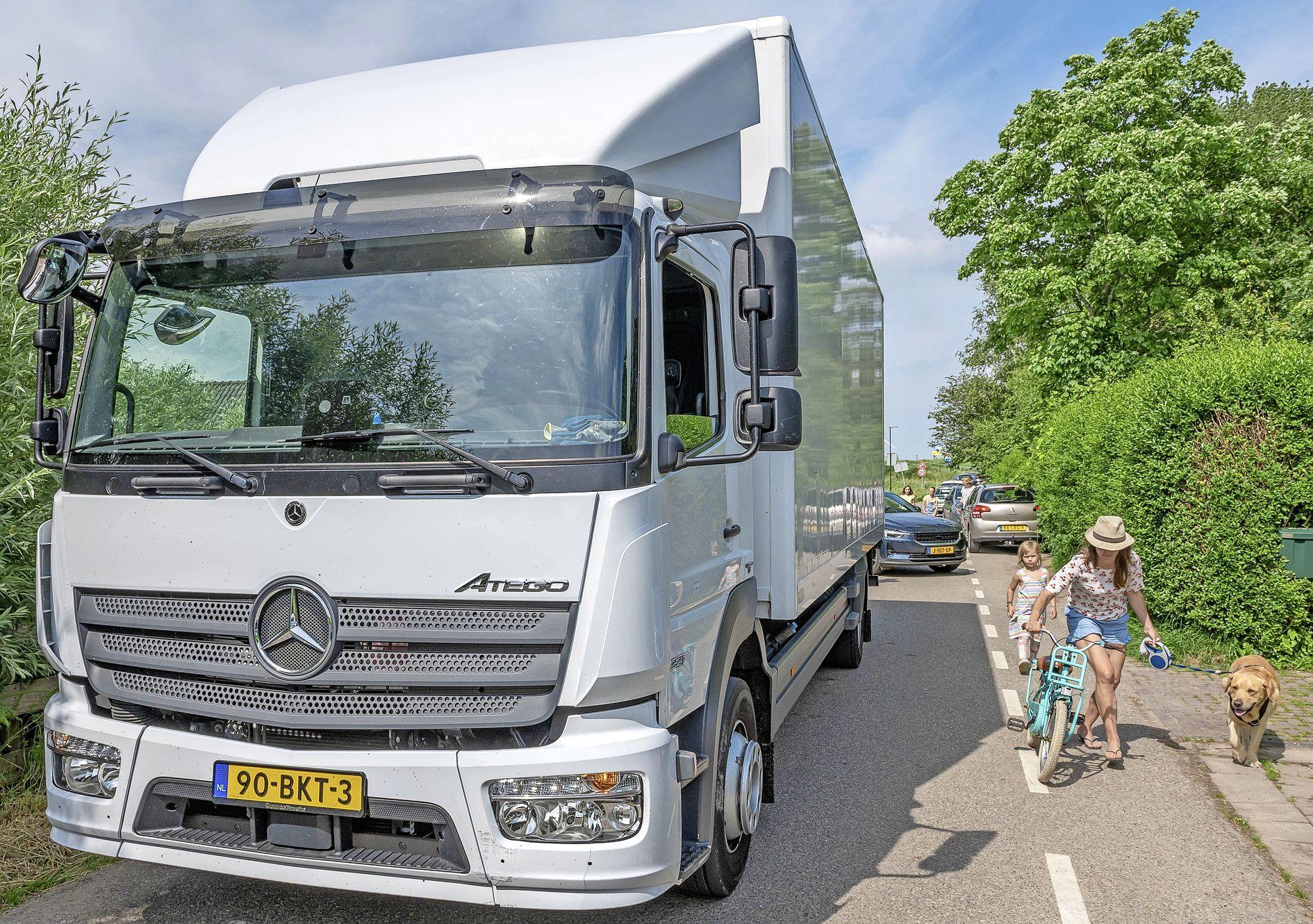 Zware vrachtwagens trillen Uitdammers uit hun bed: 'We zijn het verkeersriool van Amsterdam geworden'