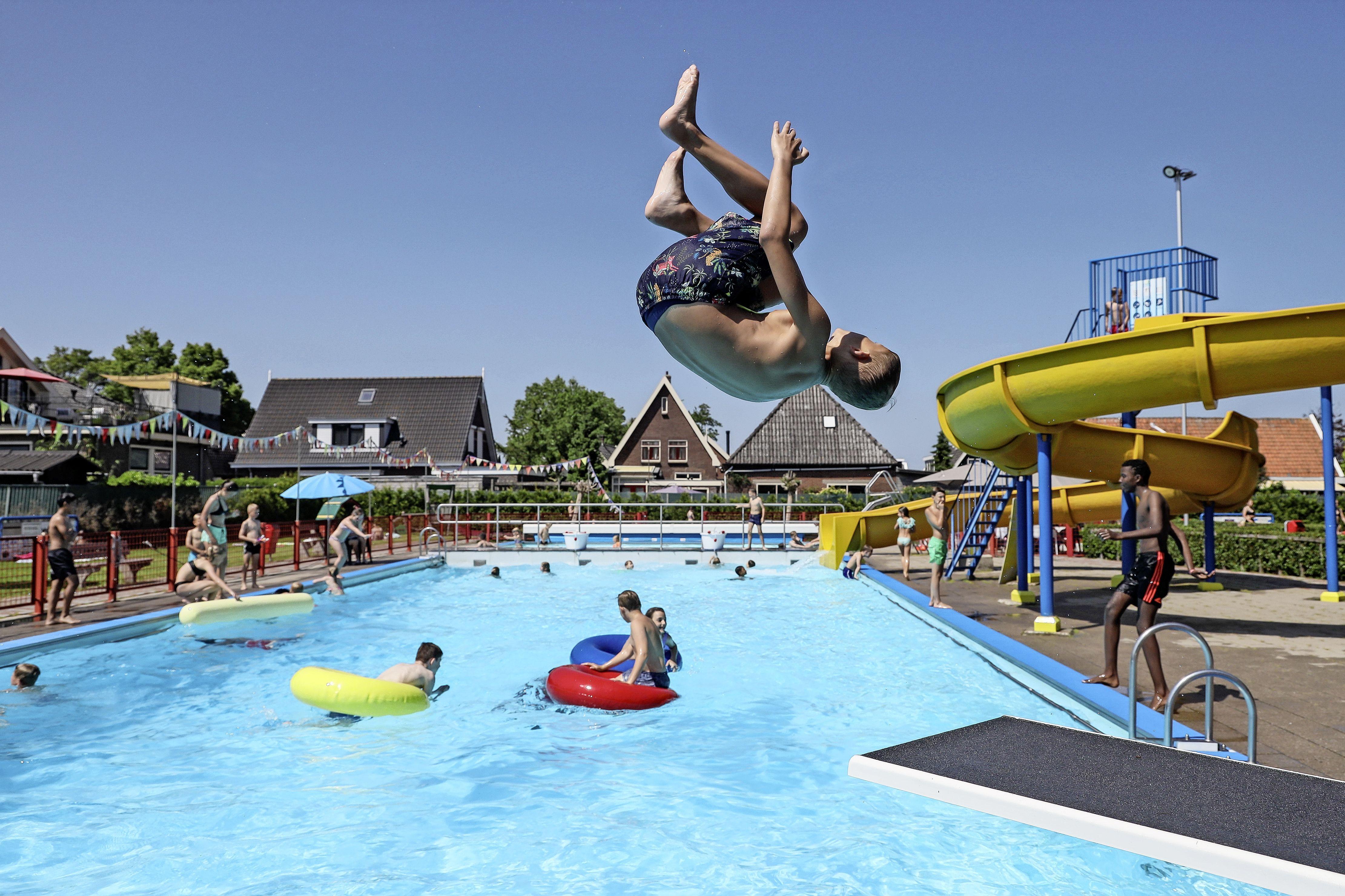Met stoere salto op weg naar verkoeling op zomerse dag
