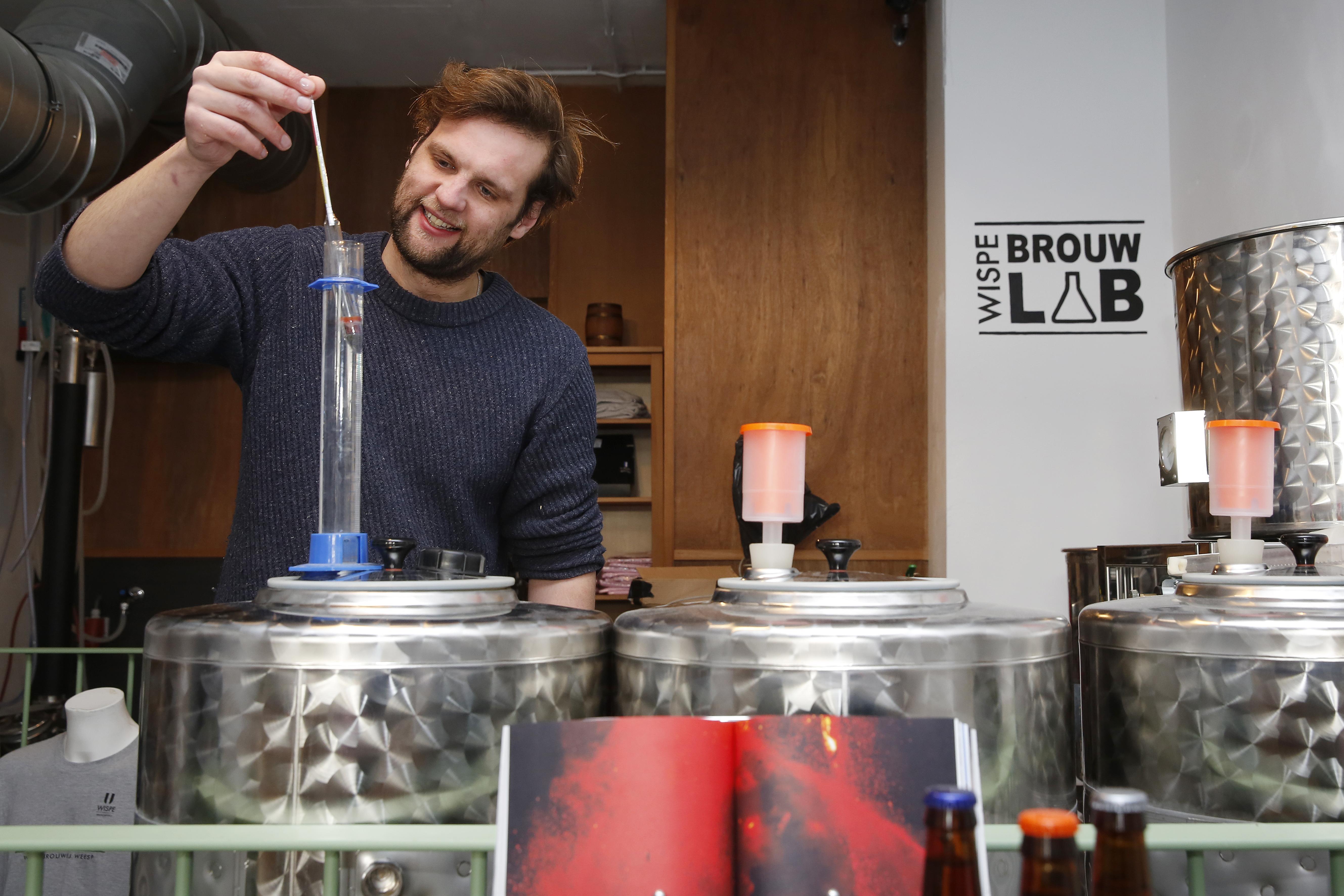 Stokerij Anker Weesp stookt oude jenever met eeuwenoude recepten als inspiratiebron. Want ooit was Weesp de grootste jeneverproducent. Dan is het toch gek als er geen druppel meer gestookt wordt?
