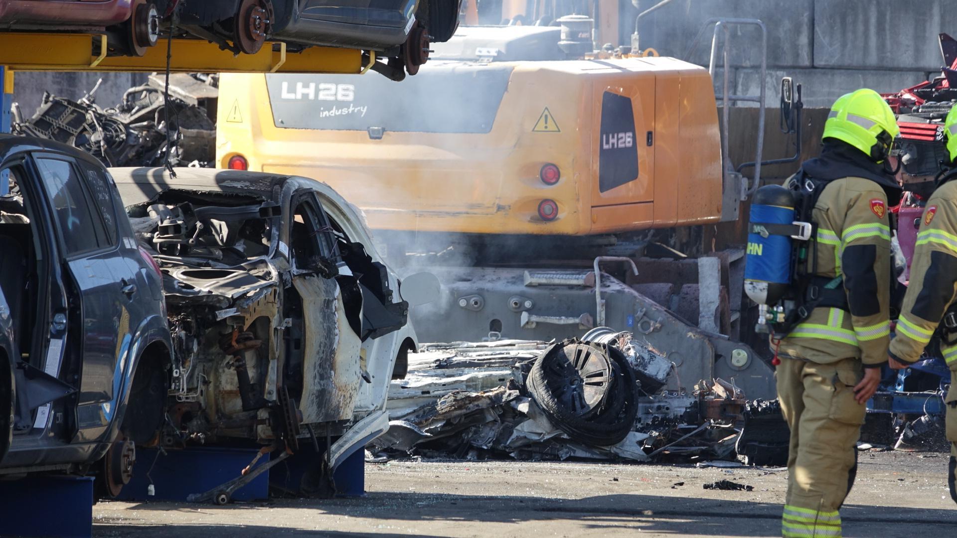 Geplette elektrische auto vliegt in brand bij sloperij in Blokker