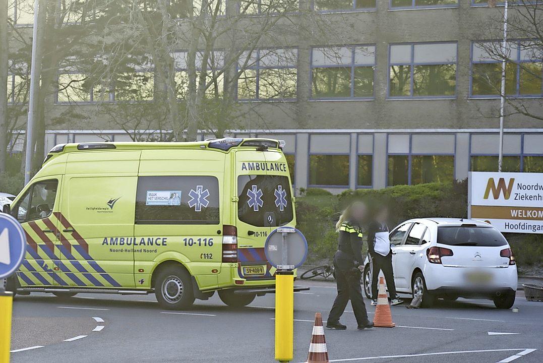 Fietsster aangereden op Huisduinerweg in Den Helder, omstanders verlenen direct eerste hulp, slachtoffer naar het ziekenhuis