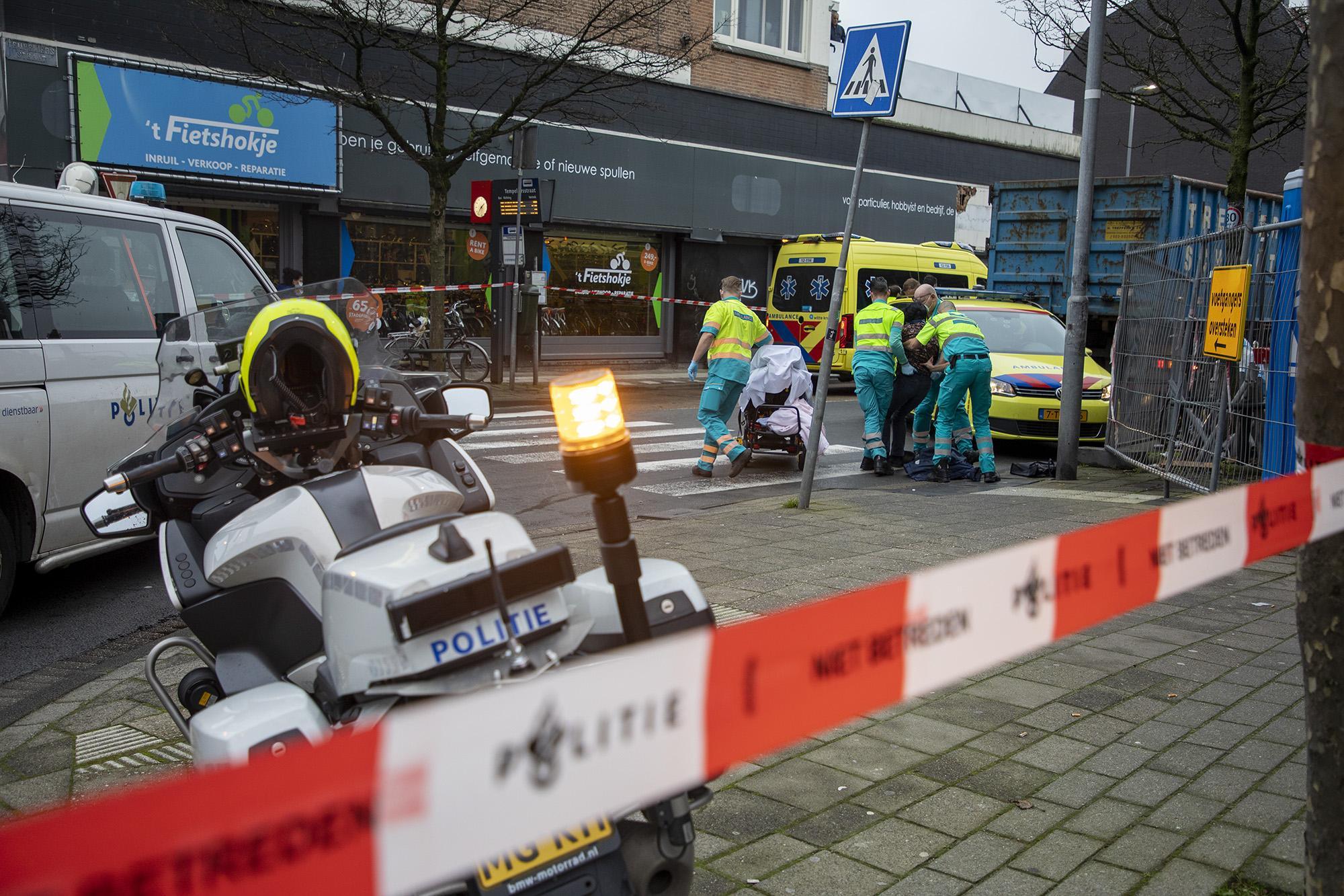 Vrouw aangereden door vrachtwagen in Haarlem, gewond naar ziekenhuis