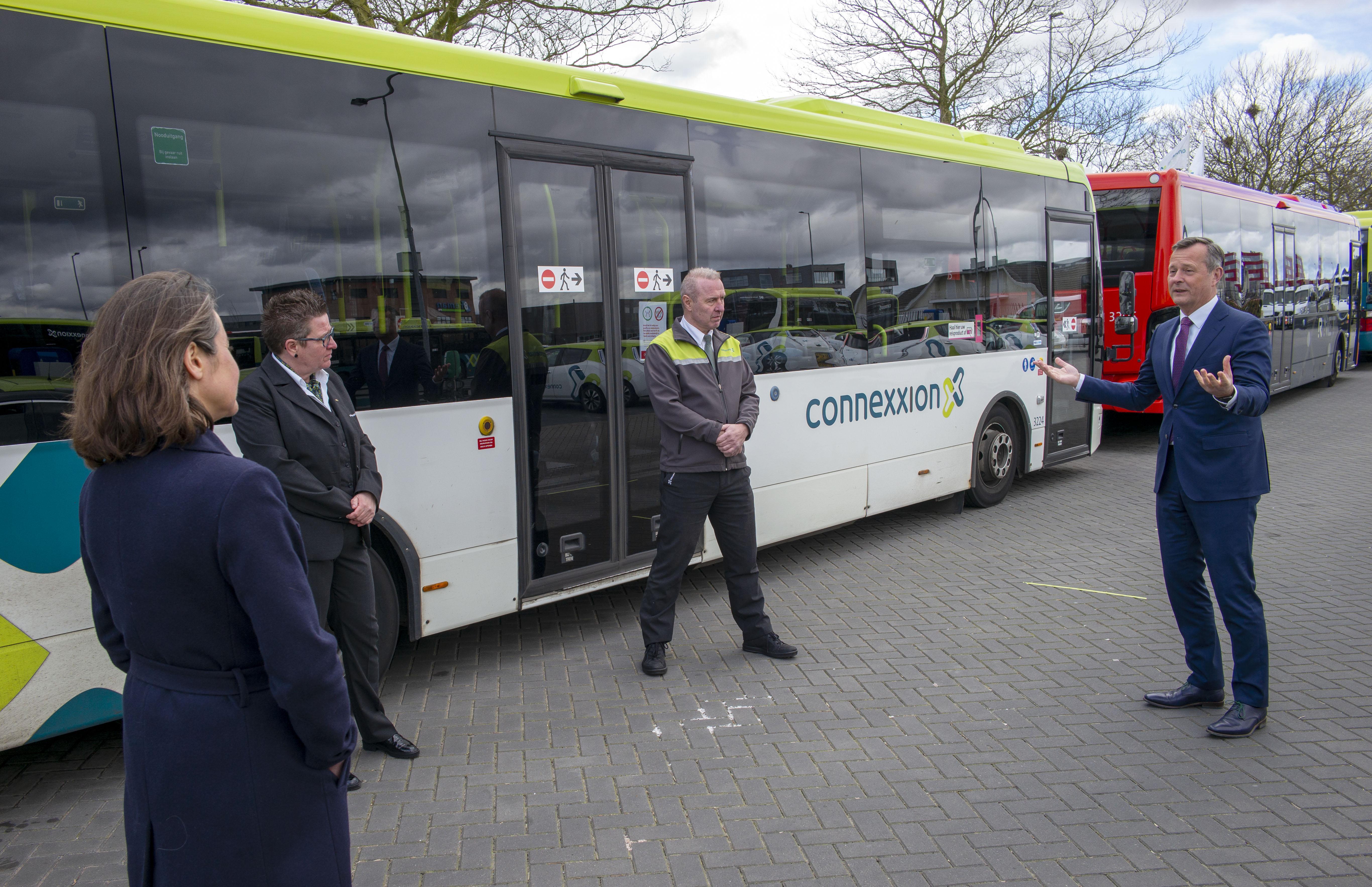Met twaalf passagiers is de bus tegenwoordig vol