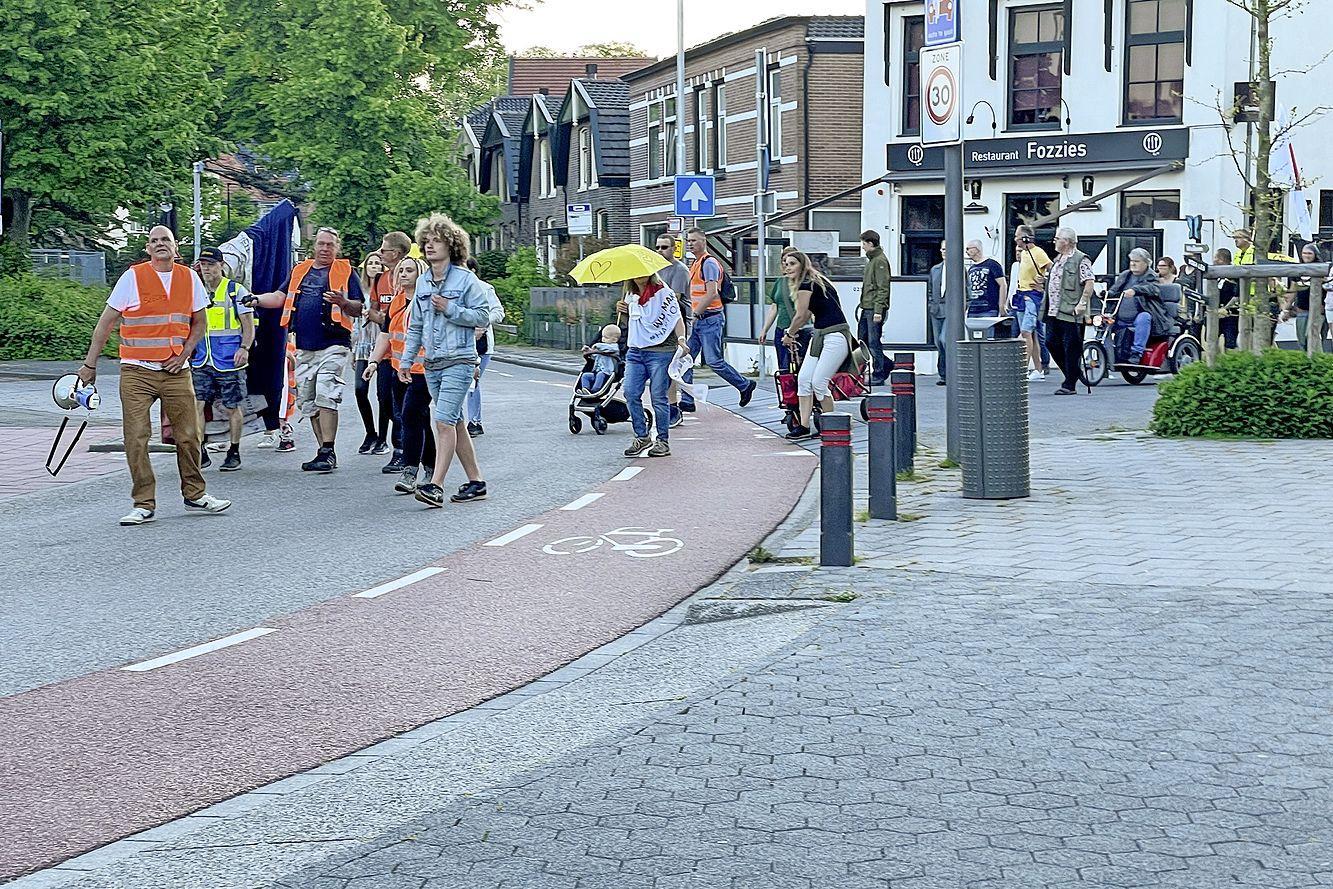 Opnieuw fakkeltocht in Beverwijk tegen coronamaatregelen. 'Er is geen ziekte, de werkelijke pandemie is wereldwijde kinderhandel'