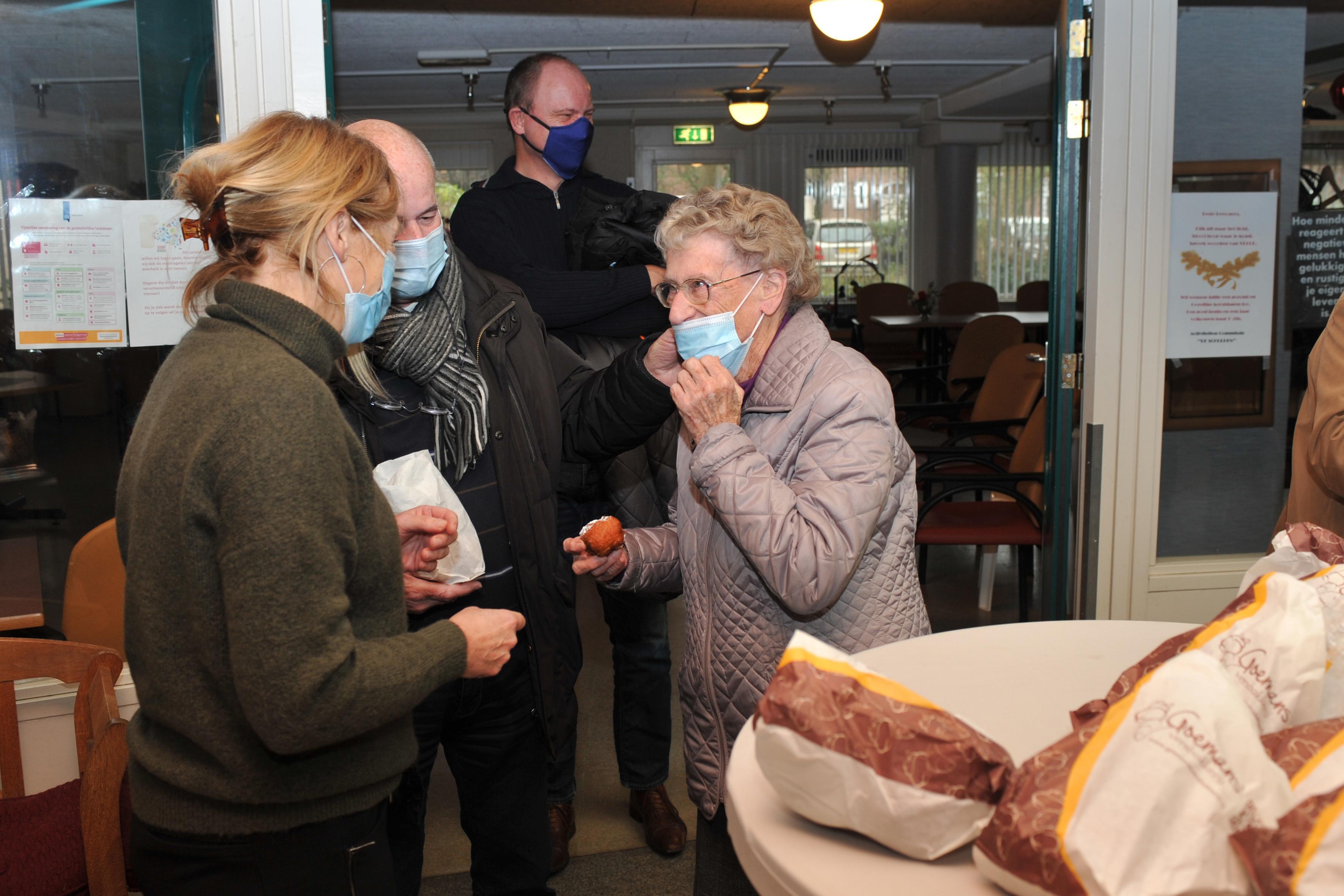 Warme oliebollenactie in 'warzone' Velsen-Noord goed ontvangen bij bewoners De Schulpen. 'Dit is bepaald geen straf'