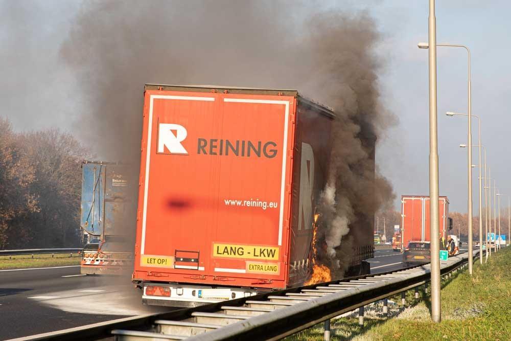 Truck in brand op A27, auto op z'n kant in kijkersfile
