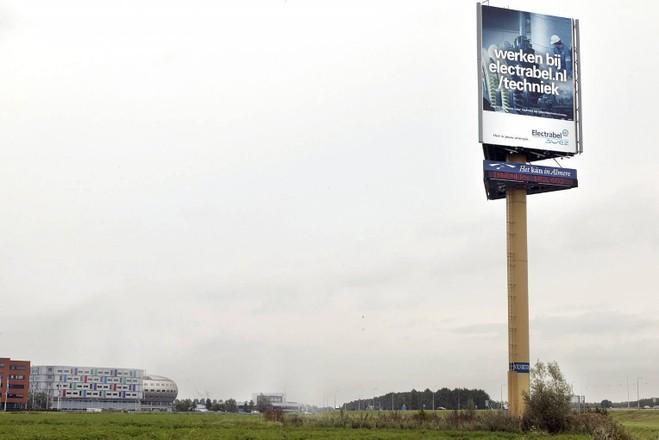 Bedrijf eist bij rechter alsnog vergunning voor 30 meter hoge reclamemast langs A1; 'Geen Baarnaar kan deze lichtmast vanuit zijn woning zien', vindt de advocaat