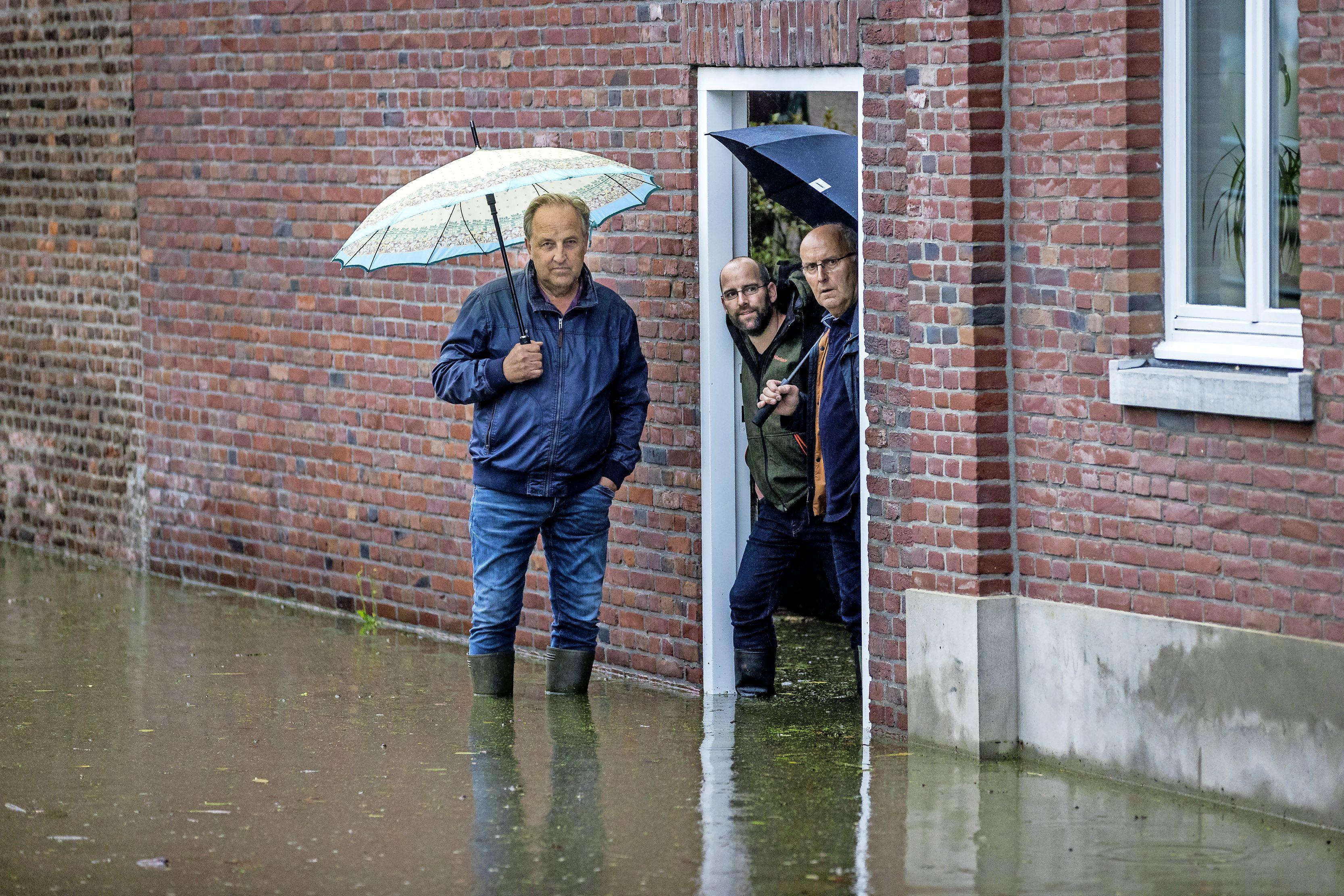 'Ze lopen rondes en surveilleren om te kijken of de waterkeringen in het rampgebied het houden.' Team van Noord-Hollandse dijkinspecteurs verleent bijstand in Limburg
