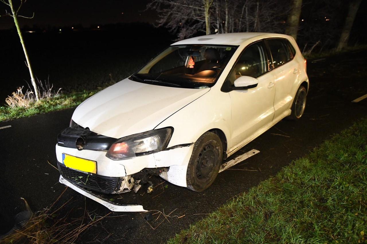 Auto knalt tegen boom na kop-staartbotsing in Woubrugge; bestuurster gewond