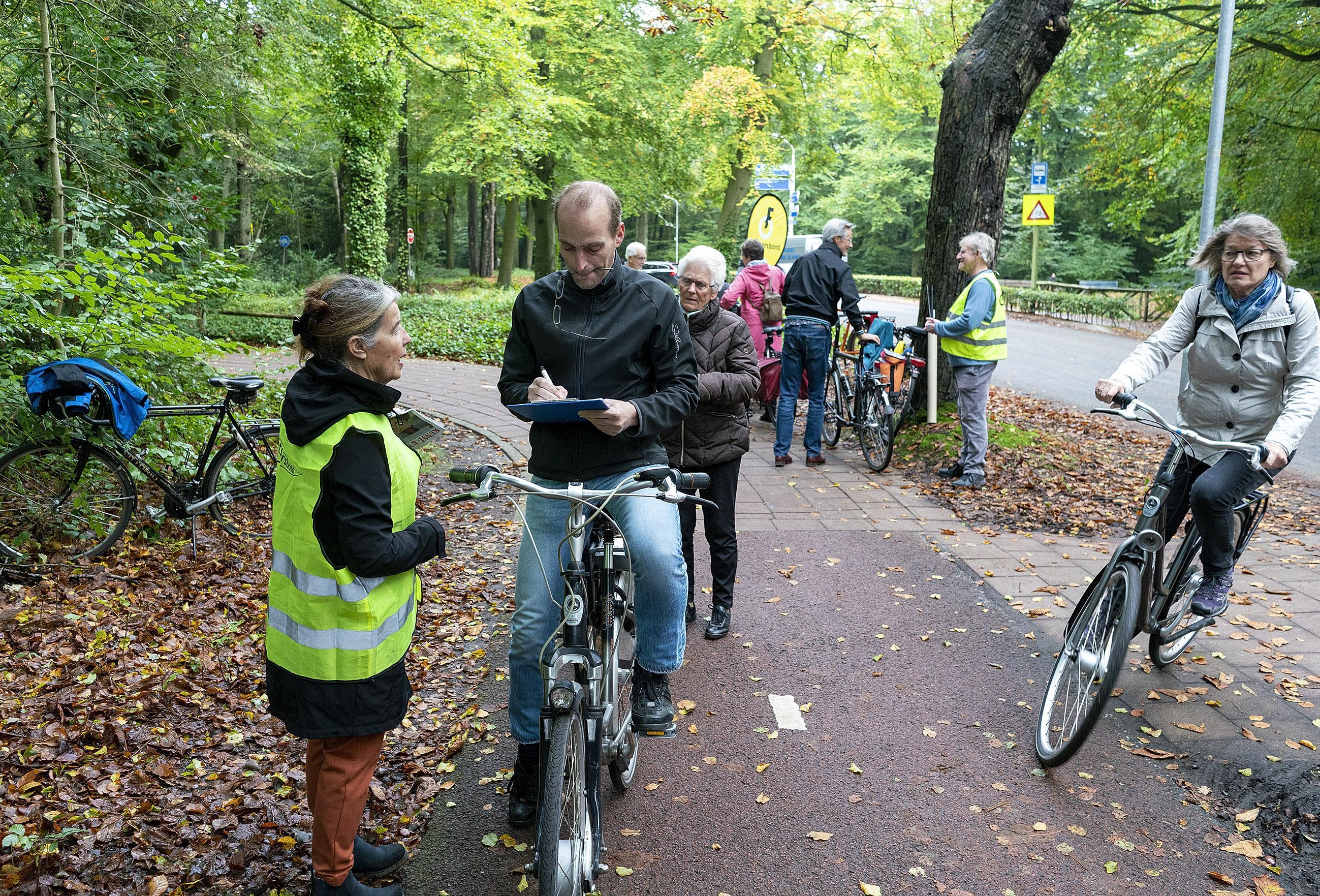 De gemeente wil autoverkeer naar Schoorl niet door het dorp laten rijden, maar dat gaat ten koste van de voorrang voor fietsers. 'Het botst met het beleid', zegt de Fietsersbond