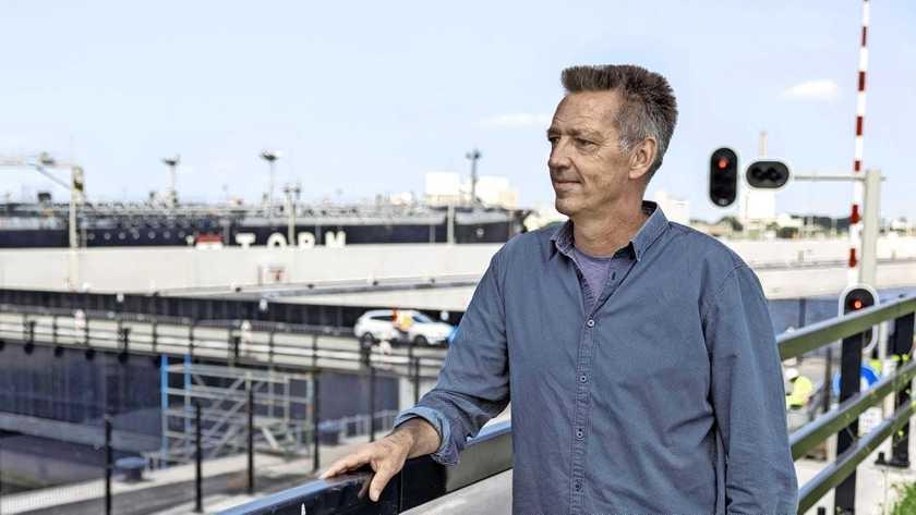 Nieuwe zeesluis IJmuiden klaar. Per dag gaan er gemiddeld 10 schepen door. Kostprijs: 2400 euro per schutting