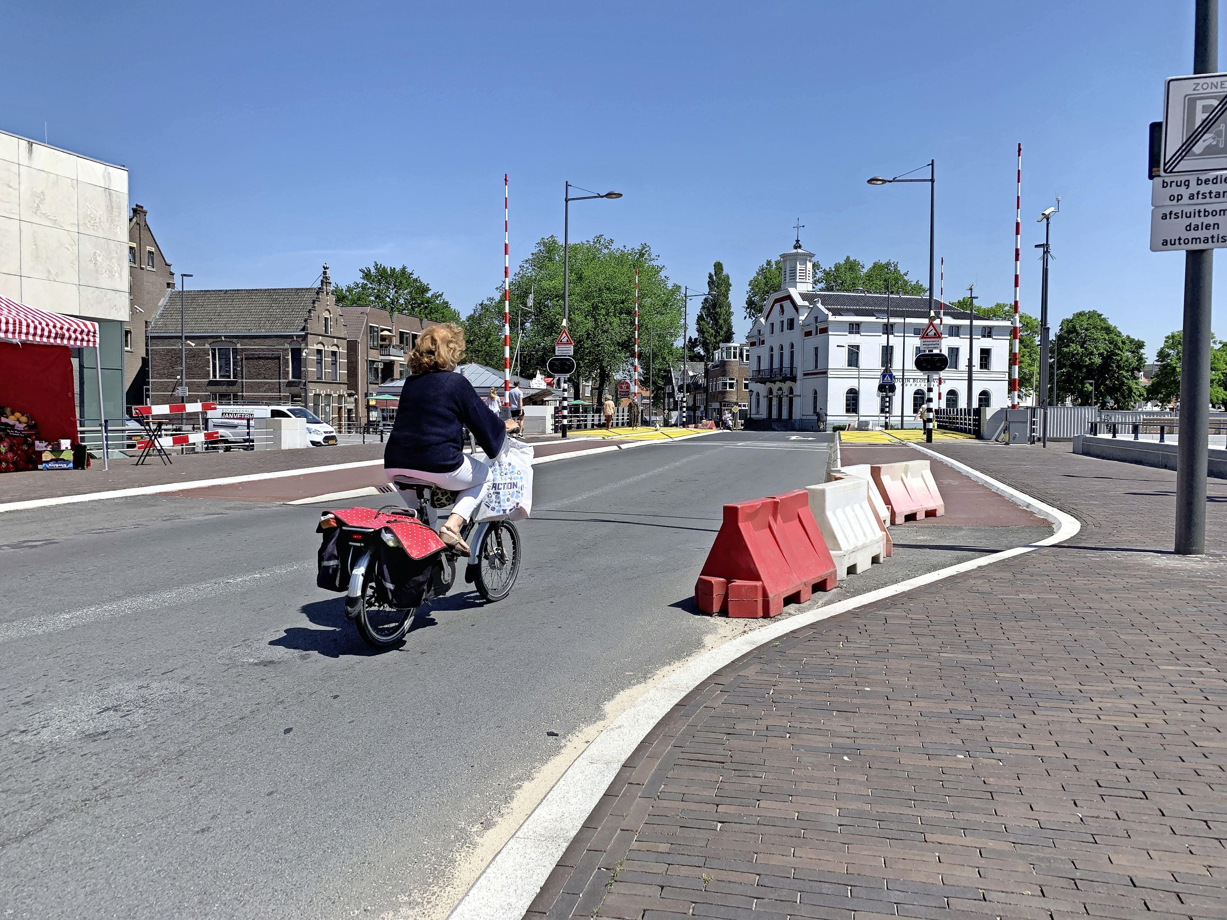 Fietsers en auto's samen over Wilhelminabrug is het veiligste. Onderzoekers vinden Beatrixbrug beter