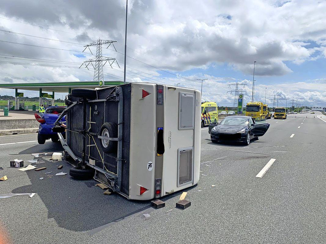 Vier rijbanen afgesloten door gekantelde caravan op de A8 richting Zaandam
