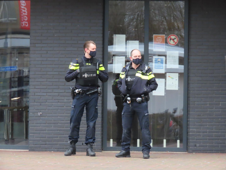 Politiebewaking voor gemeentehuis Beverwijk; persoon 'dreigde gemeentehuis te beschieten'