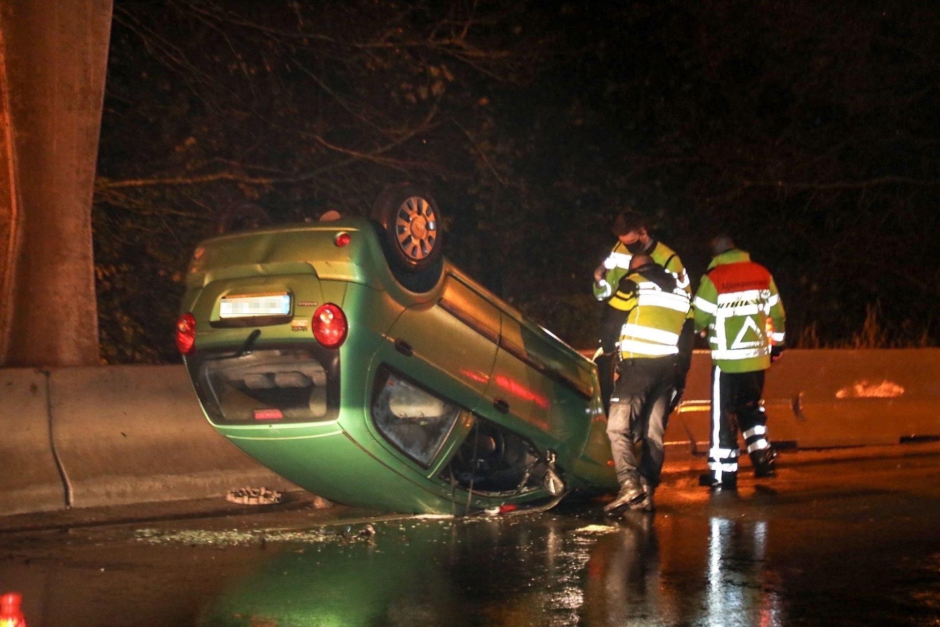 Auto komt op z'n kop tot stilstand op de A205 bij Vijfhuizen; weg grotendeels afgesloten