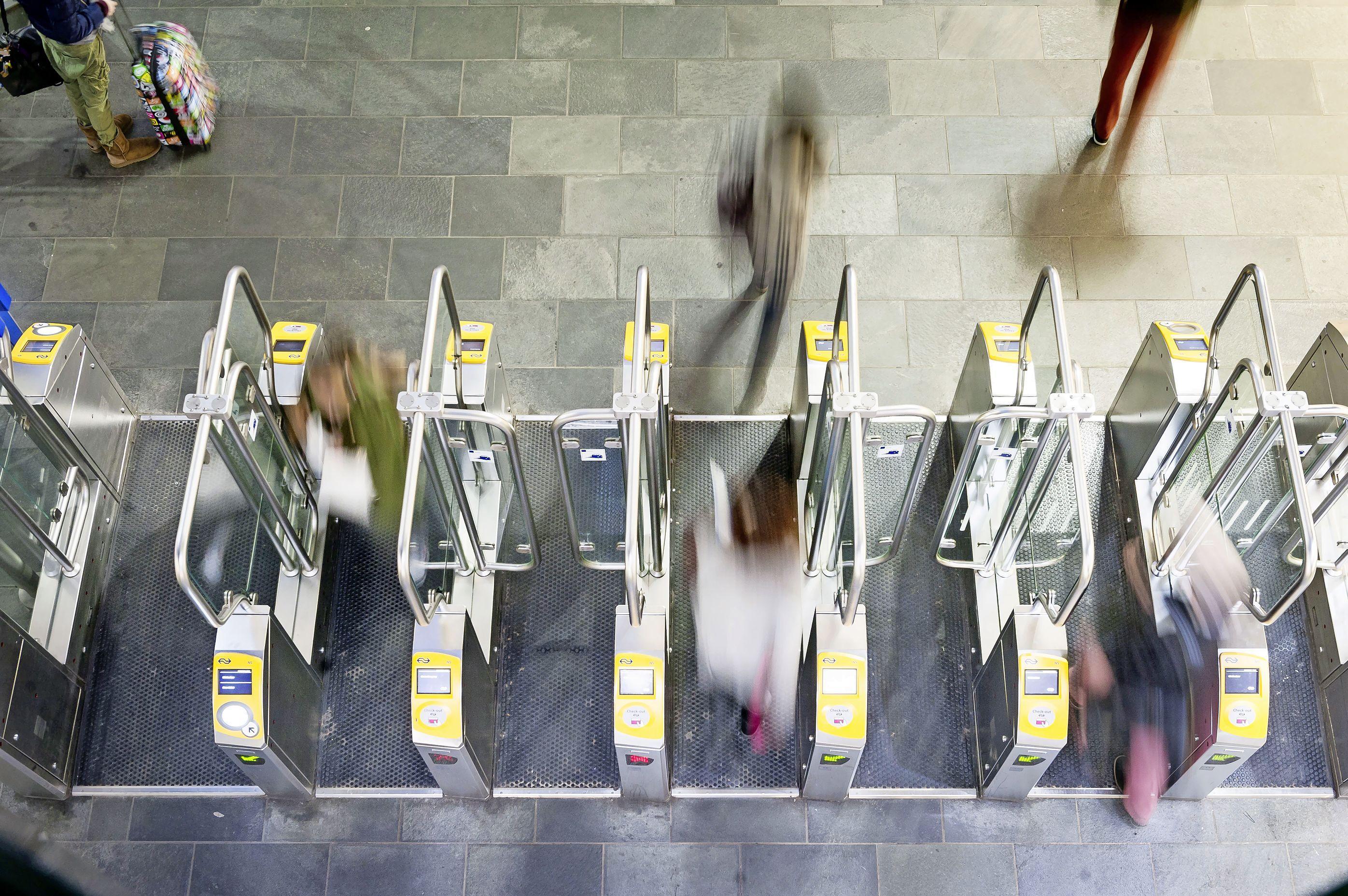Leidse politiek stelt ov-poortjes station opnieuw aan de kaak: na zes jaar moeten die weer weg