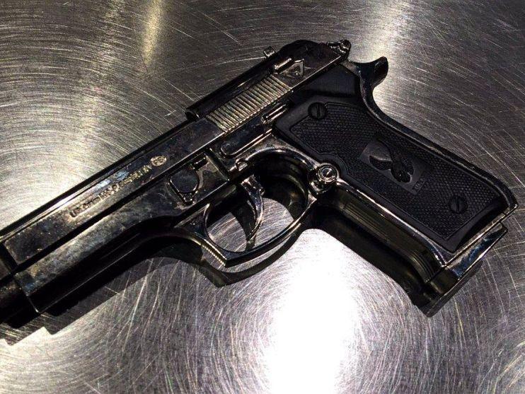 Marechausse vindt vuurwapen in geparkeerde auto op Schiphol; 26-jarige man uit gemeente Zaanstad aangehouden